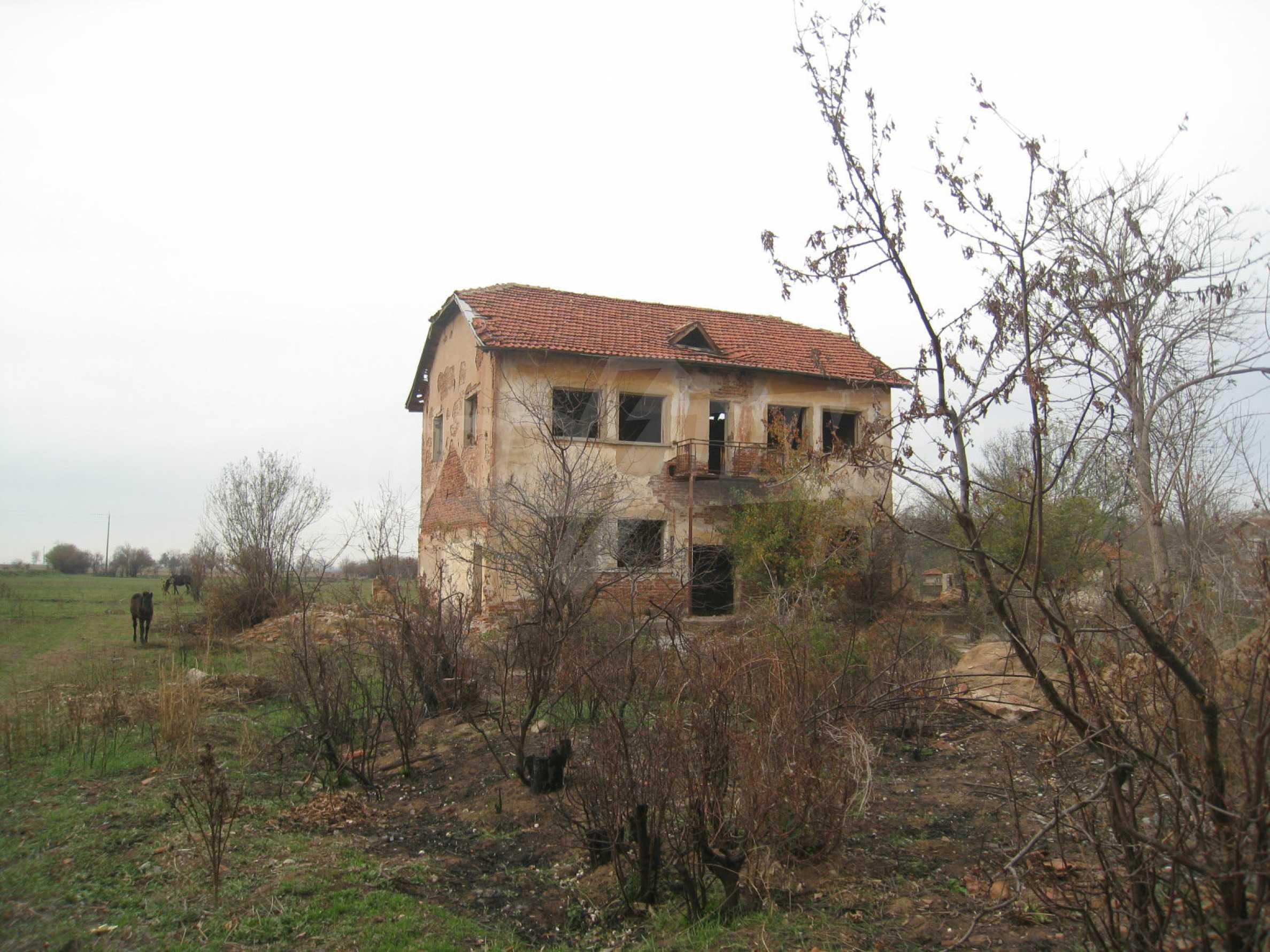 Solides dreistöckiges Gebäude (ehemalige Mühle) mit Hof in der Nähe von Elin Pelin 2
