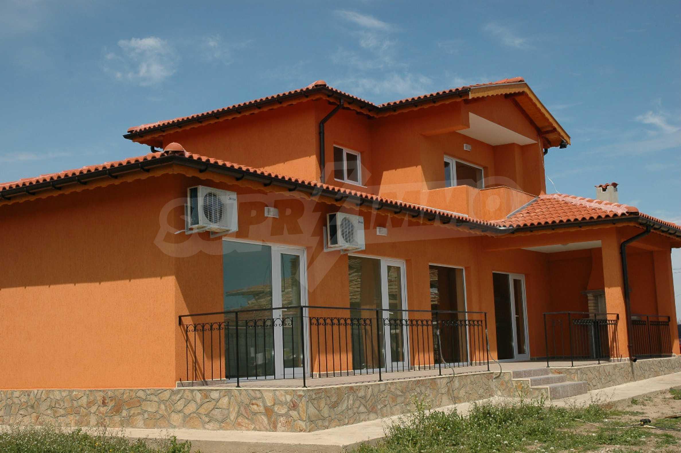 Neugebautes zweistöckiges Haus in der Nähe von Balchik
