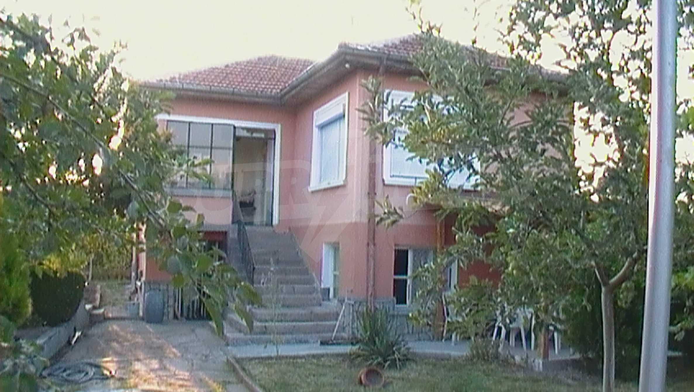 Ein solides zweistöckiges Haus in einem ruhigen Dorf in der Nähe von Kurort und Haskovo