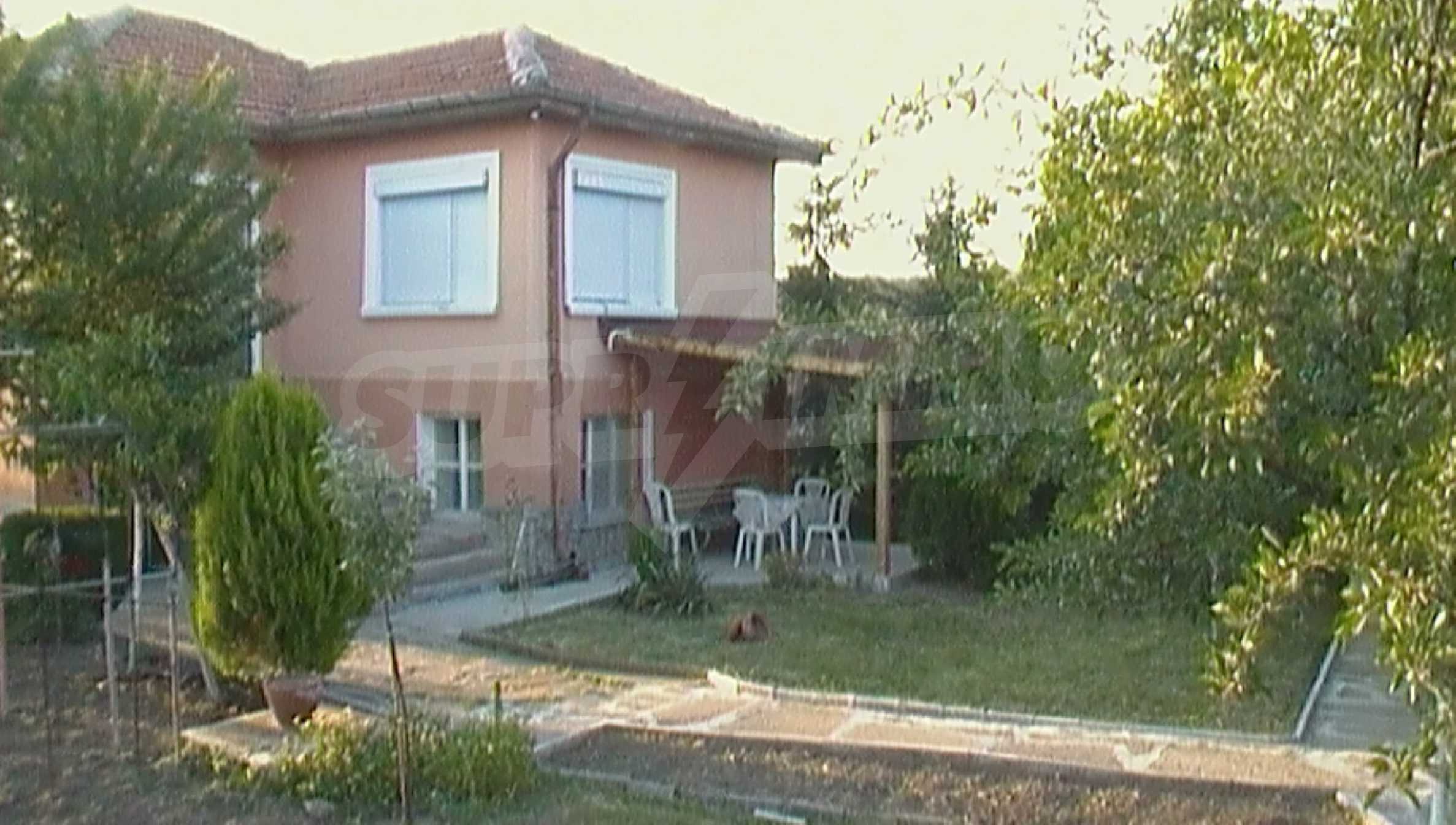 Ein solides zweistöckiges Haus in einem ruhigen Dorf in der Nähe von Kurort und Haskovo 1