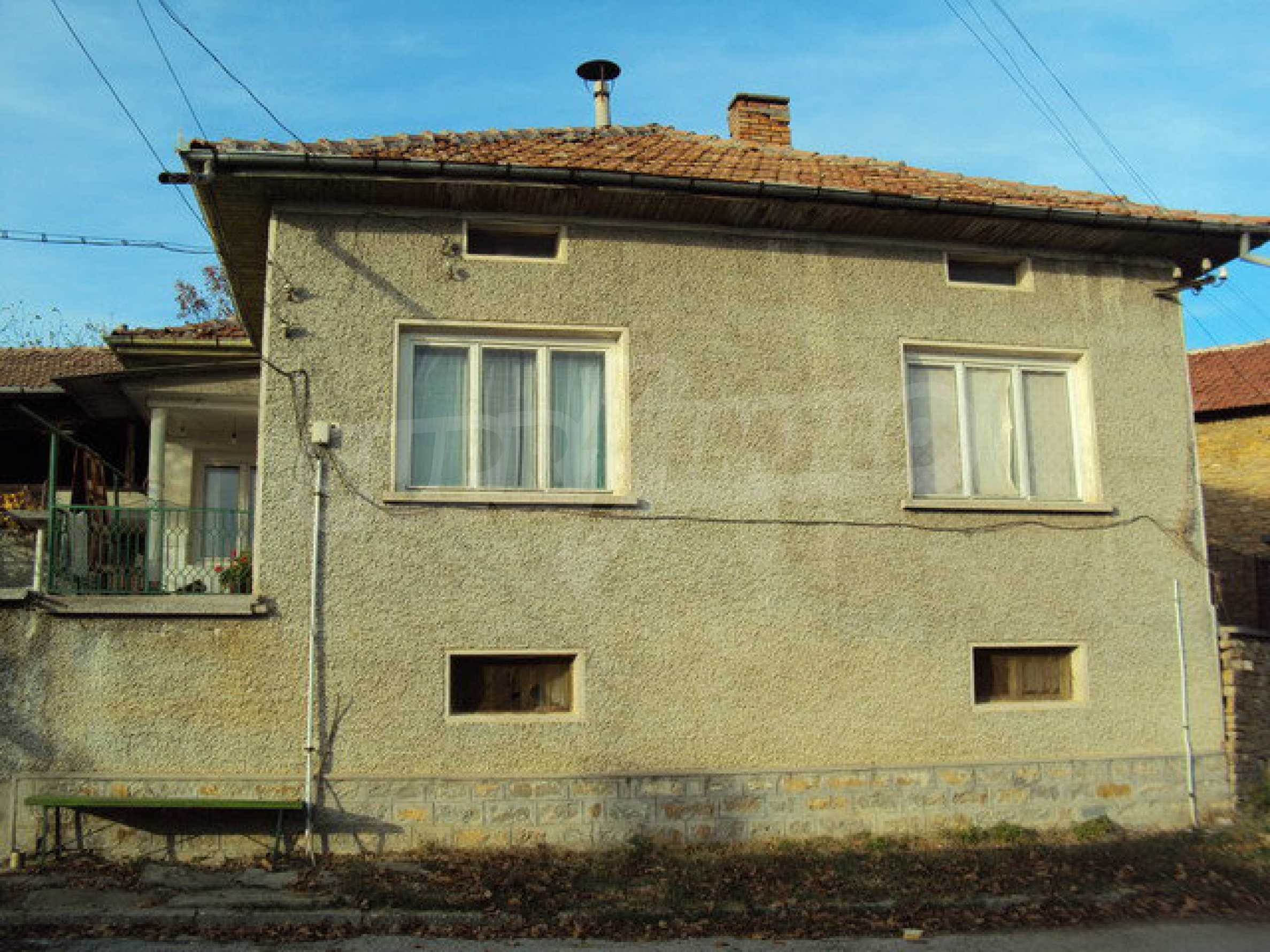Massives zweistöckiges Haus in einem Dorf 40 km. von Veliko Tarnovo