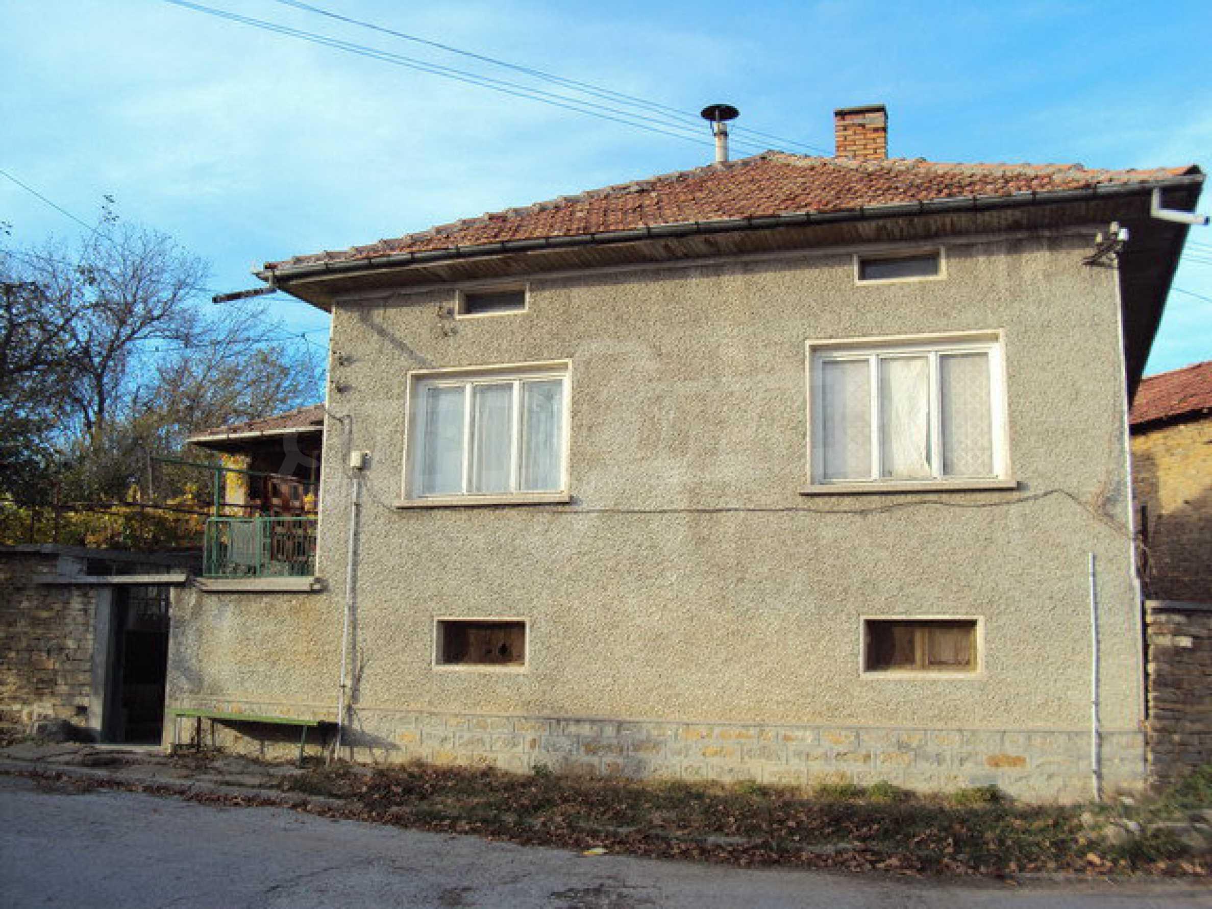 Massives zweistöckiges Haus in einem Dorf 40 km. von Veliko Tarnovo 1