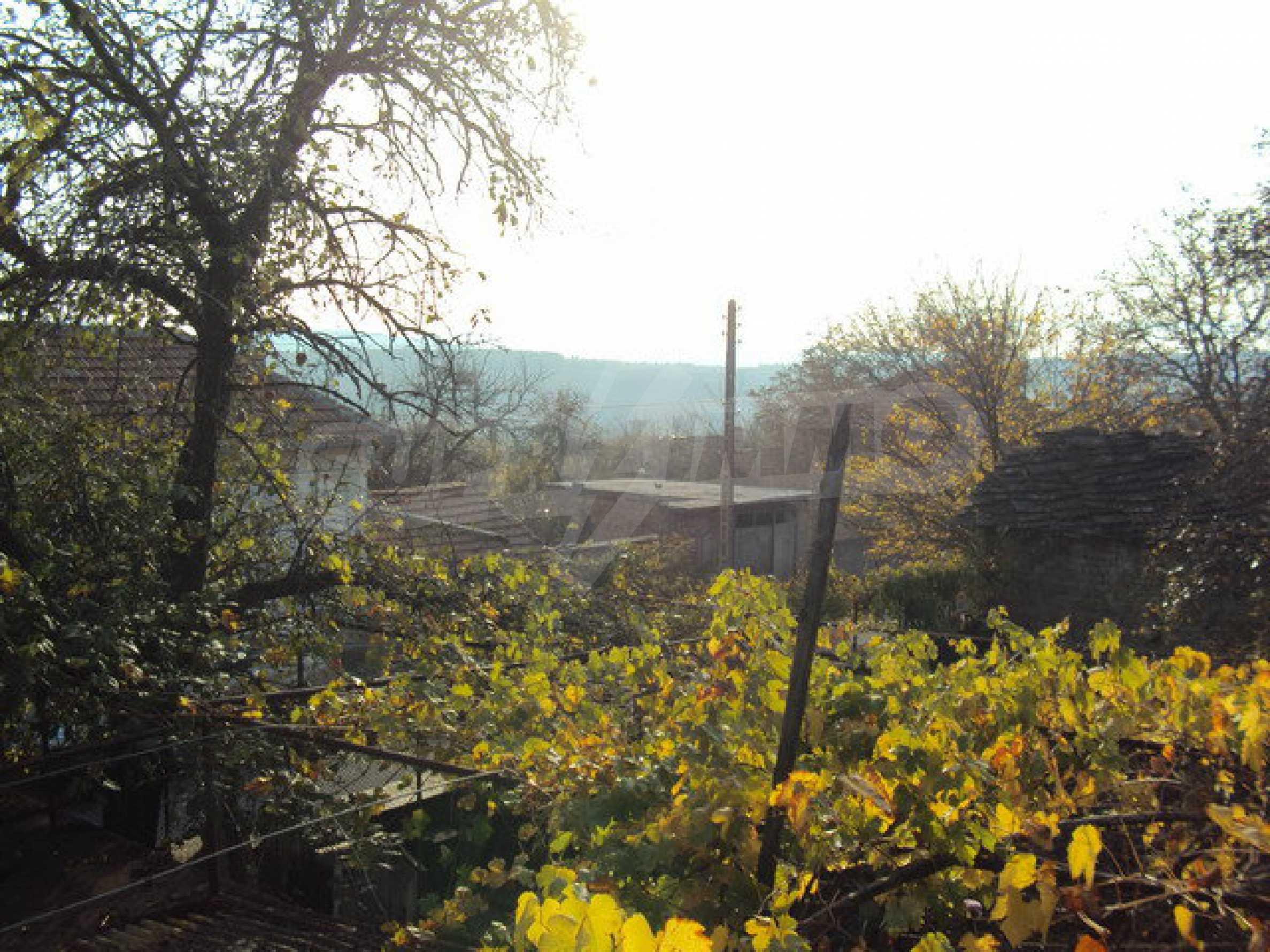 Massives zweistöckiges Haus in einem Dorf 40 km. von Veliko Tarnovo 25