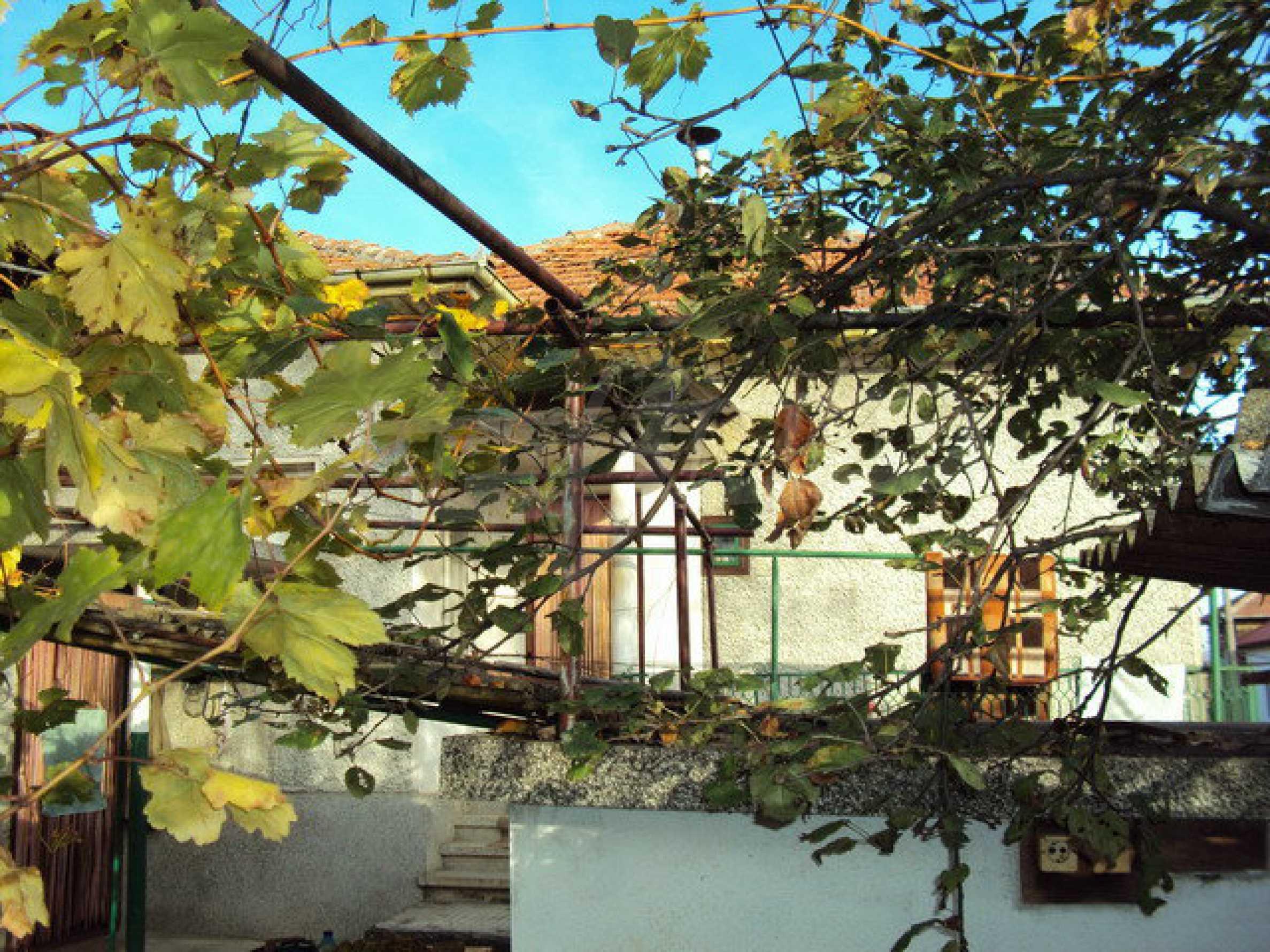 Massives zweistöckiges Haus in einem Dorf 40 km. von Veliko Tarnovo 27