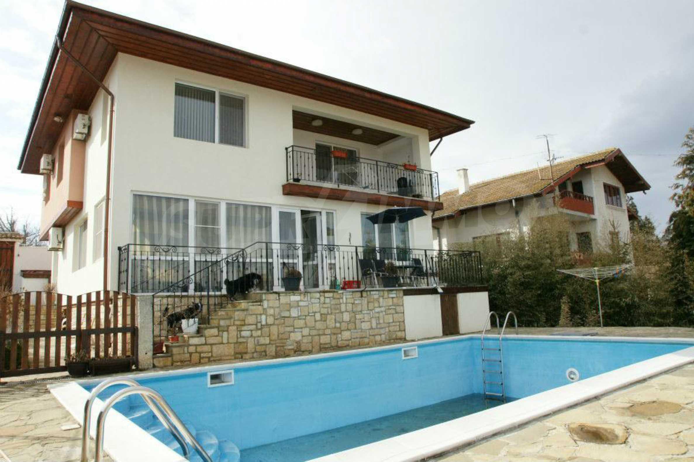 Zweistöckiges Haus mit Pool und Meerblick in der Nähe von Varna