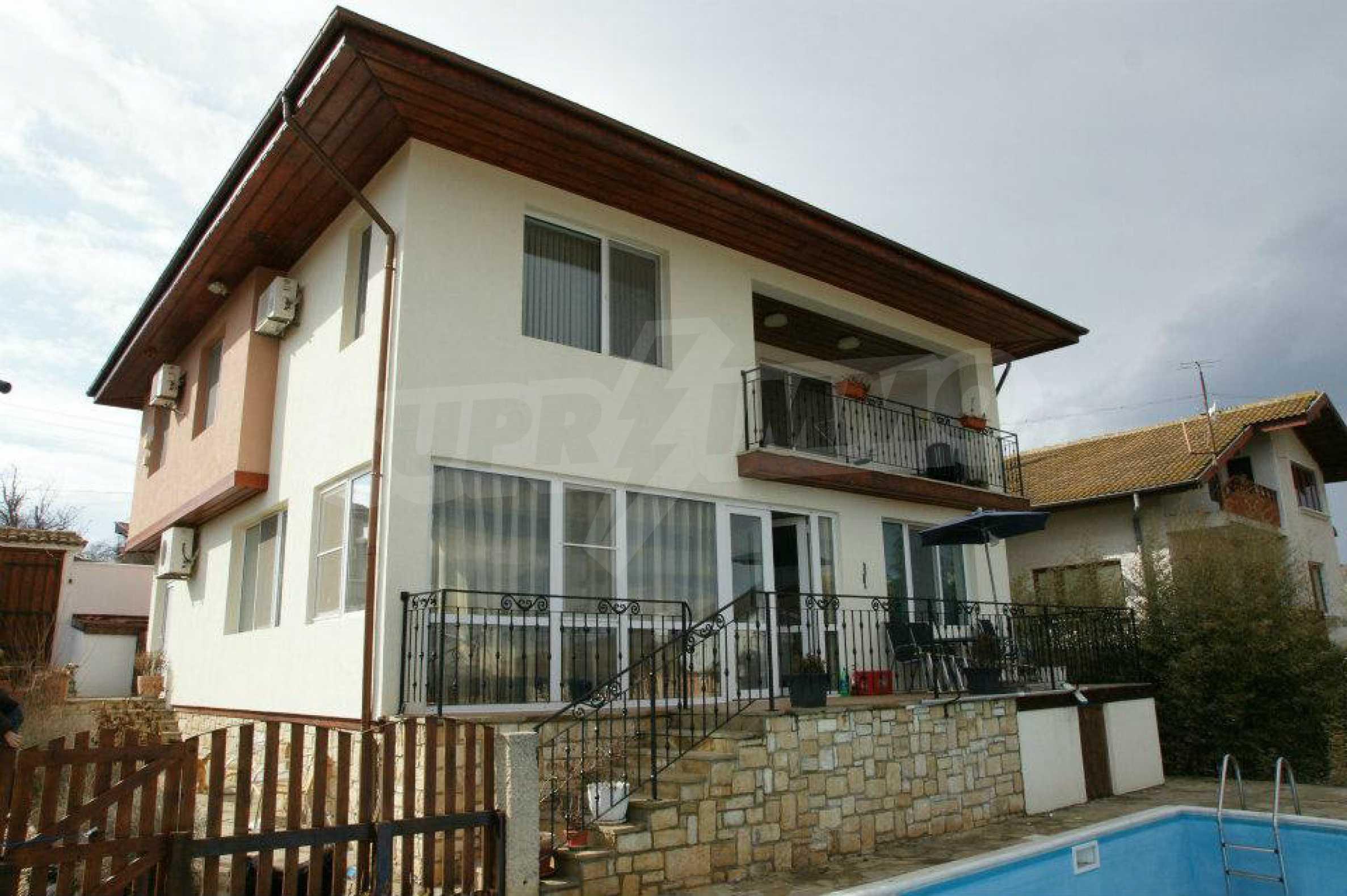 Zweistöckiges Haus mit Pool und Meerblick in der Nähe von Varna 1