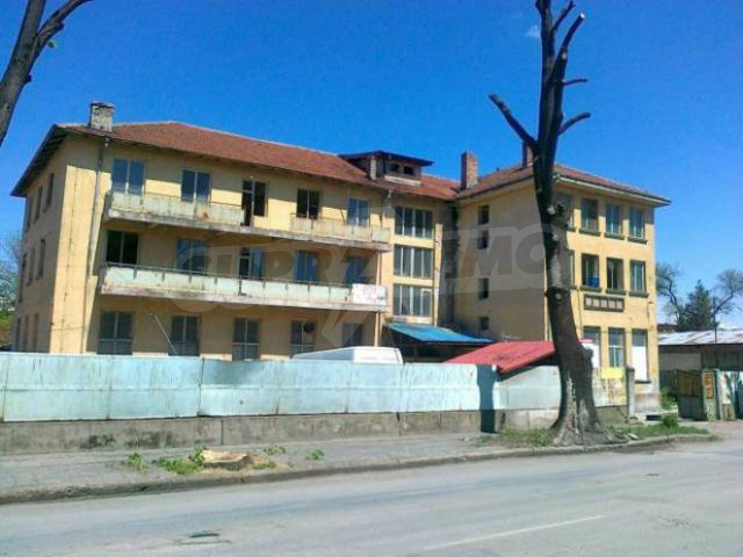 Massives dreistöckiges Lagerhaus in einer Stadt 40 km von Veliko Tarnovo entfernt