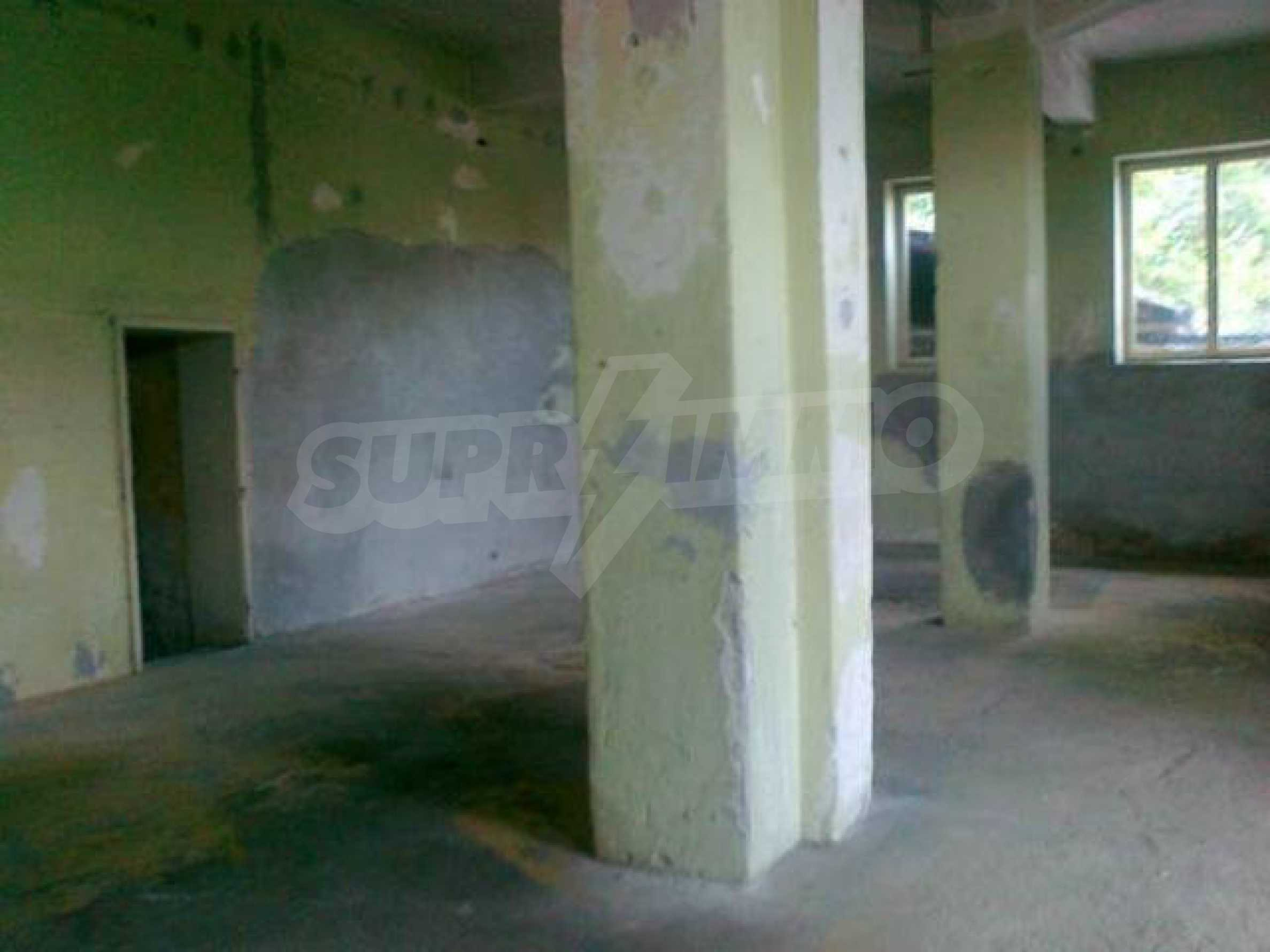 Massives dreistöckiges Lagerhaus in einer Stadt 40 km von Veliko Tarnovo entfernt 11