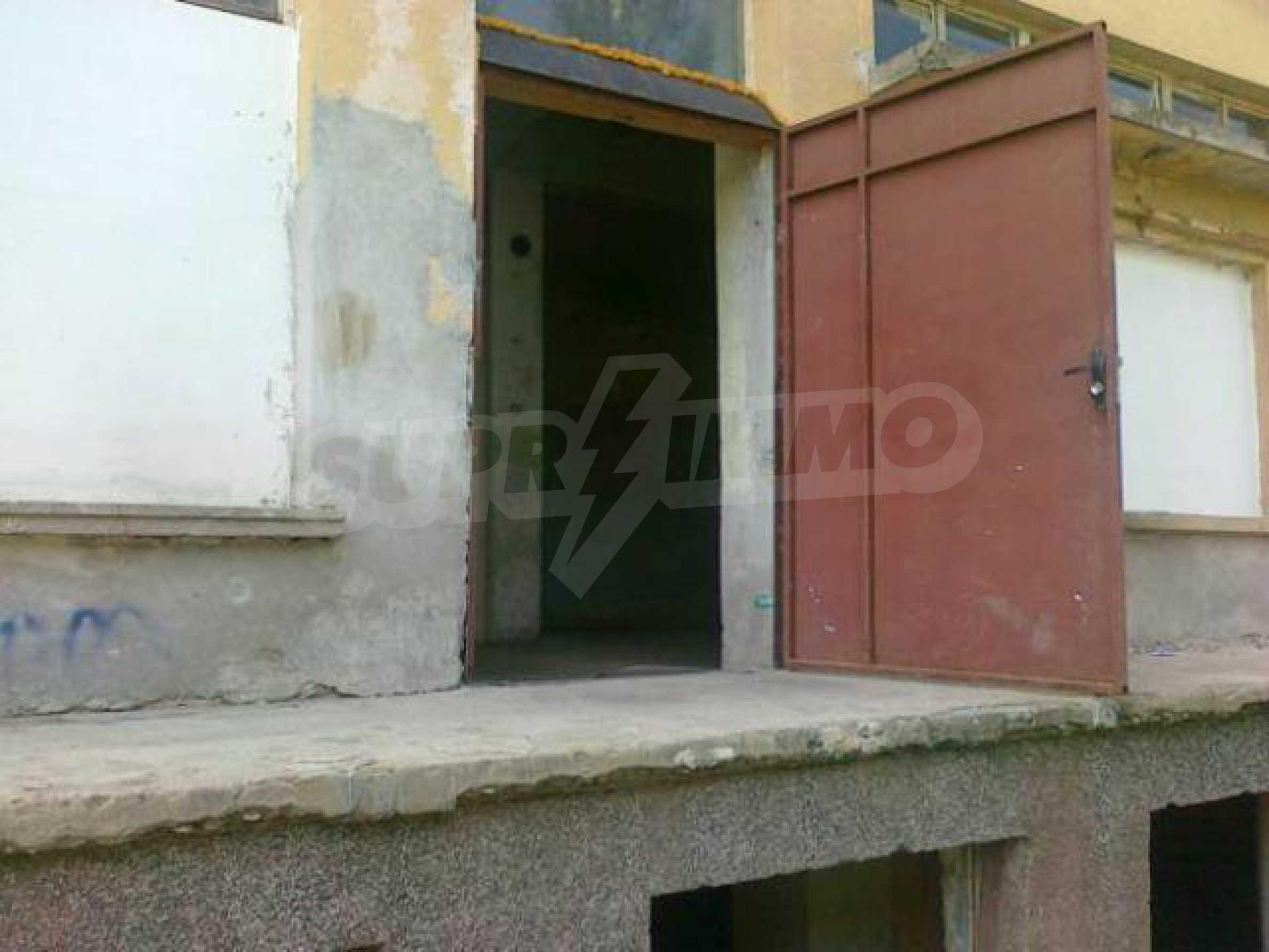 Massives dreistöckiges Lagerhaus in einer Stadt 40 km von Veliko Tarnovo entfernt 13