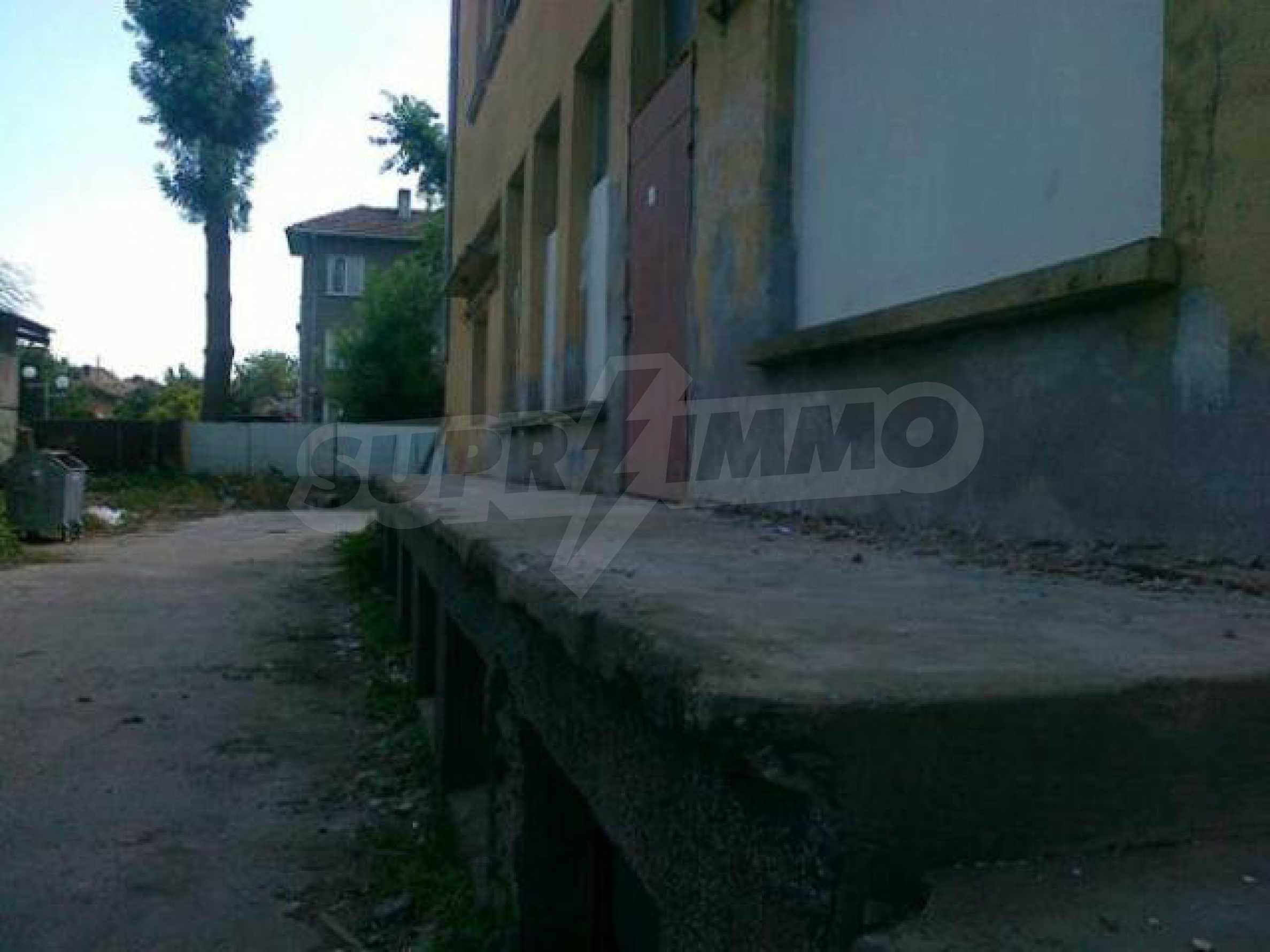 Massives dreistöckiges Lagerhaus in einer Stadt 40 km von Veliko Tarnovo entfernt 15