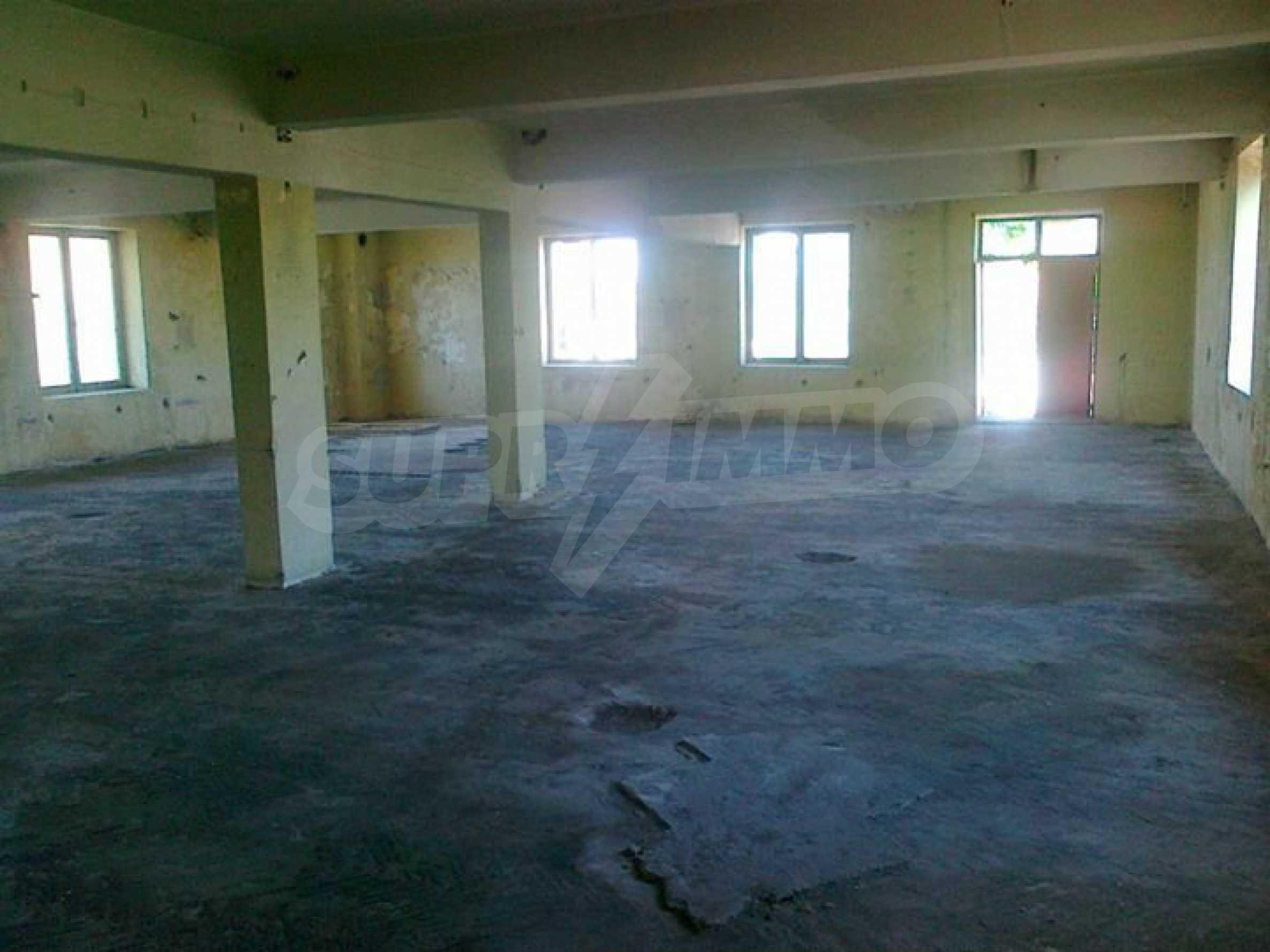 Massives dreistöckiges Lagerhaus in einer Stadt 40 km von Veliko Tarnovo entfernt 18
