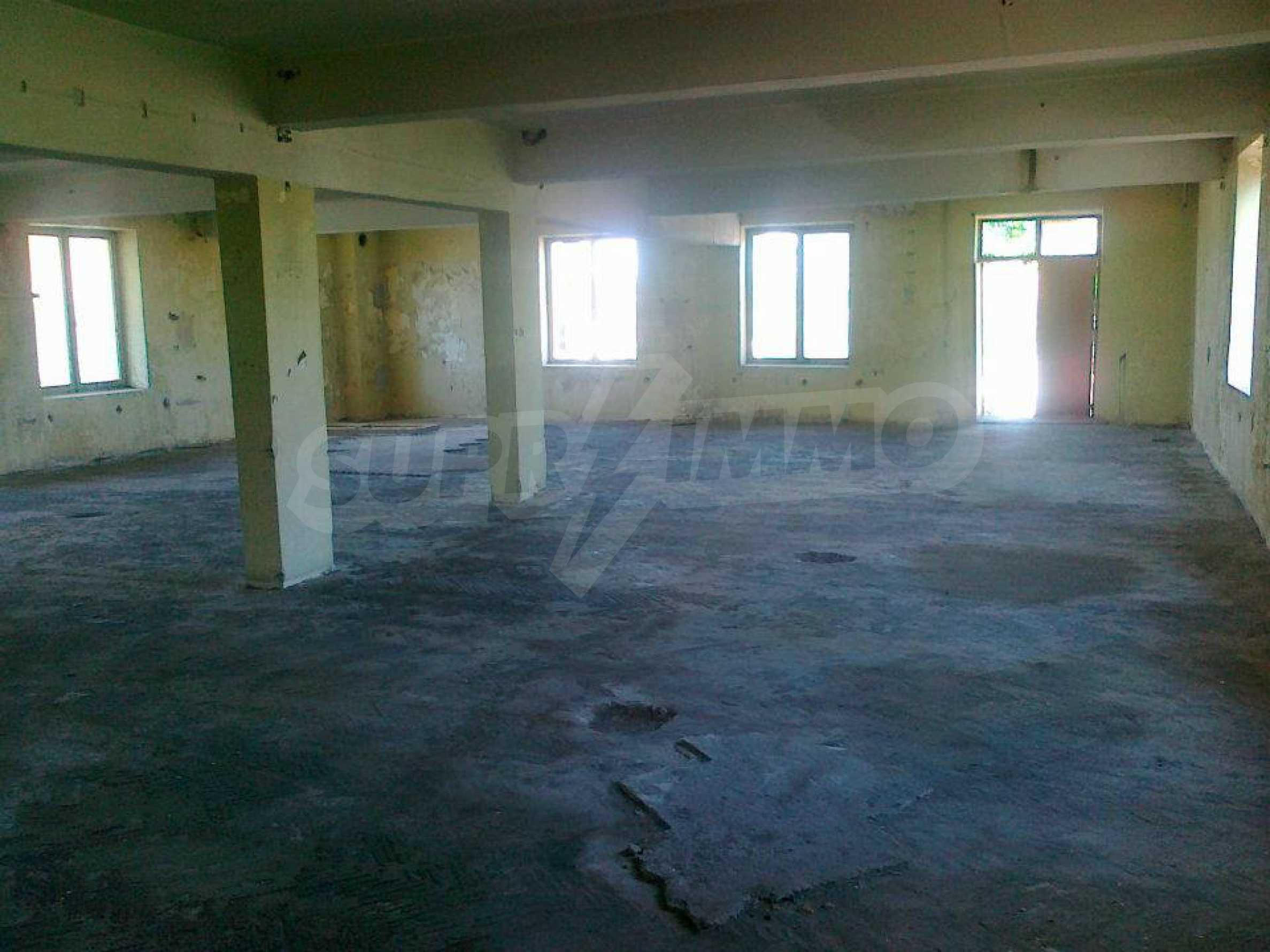 Massives dreistöckiges Lagerhaus in einer Stadt 40 km von Veliko Tarnovo entfernt 19