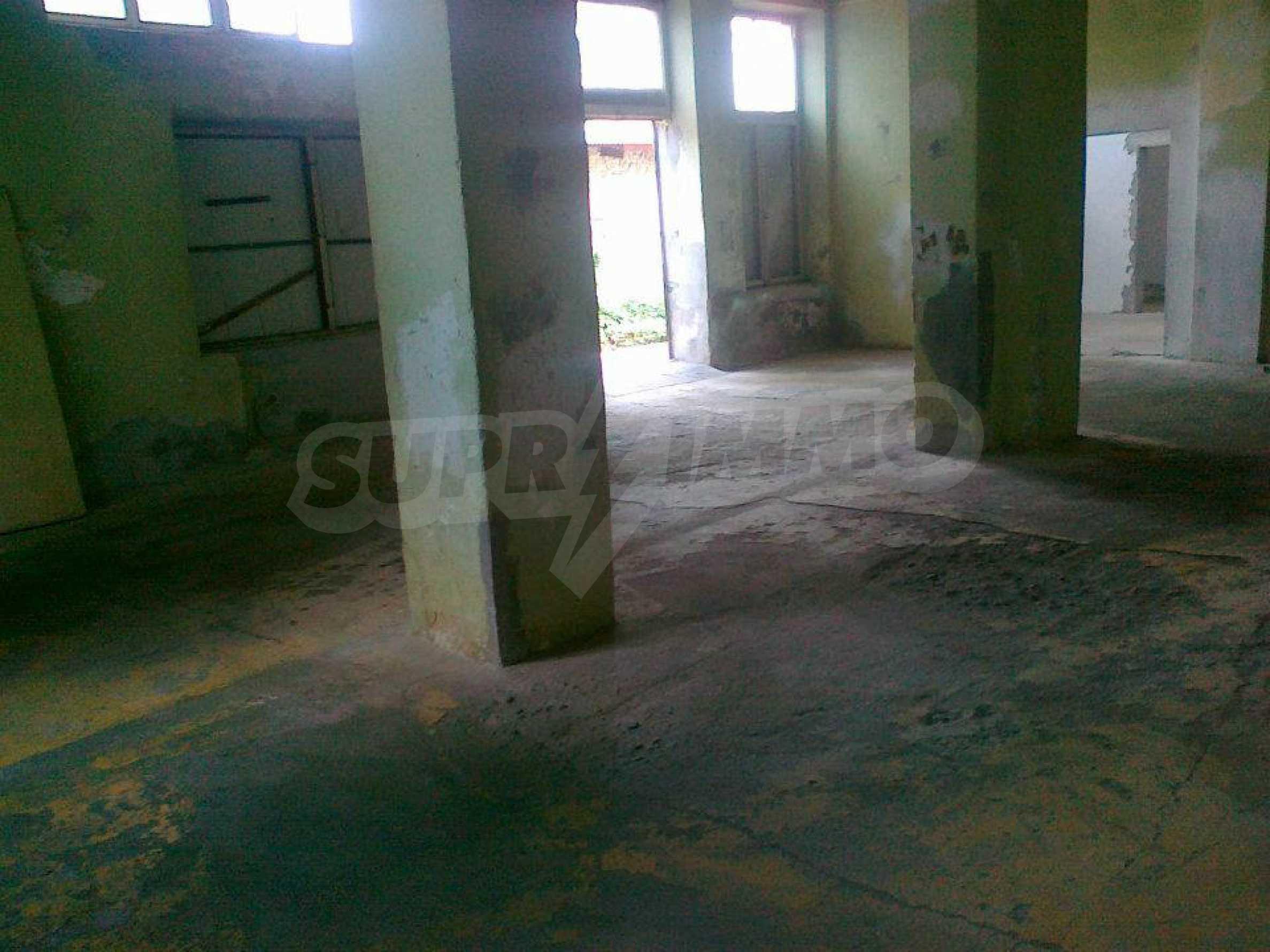 Massives dreistöckiges Lagerhaus in einer Stadt 40 km von Veliko Tarnovo entfernt 21