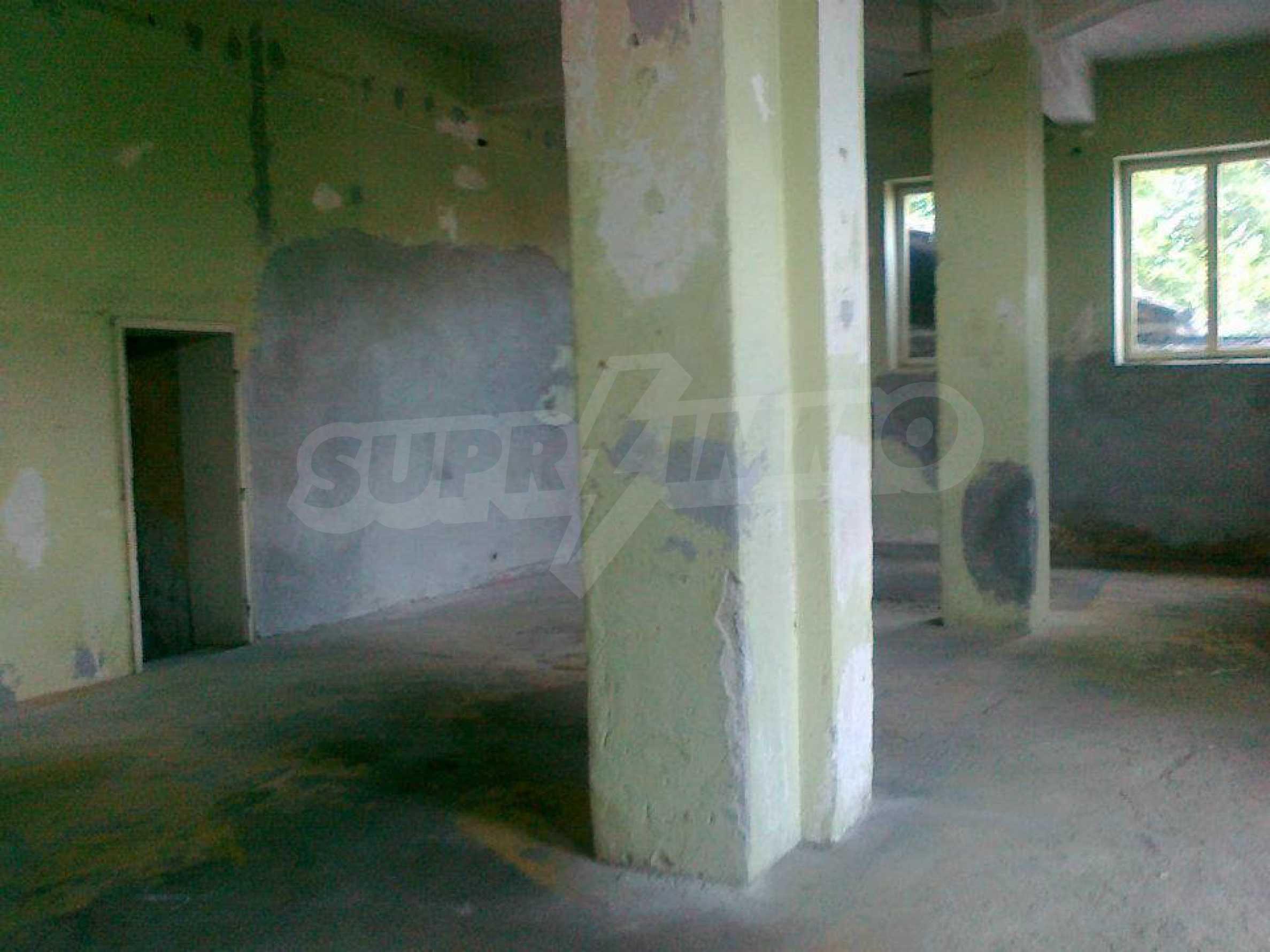 Massives dreistöckiges Lagerhaus in einer Stadt 40 km von Veliko Tarnovo entfernt 22