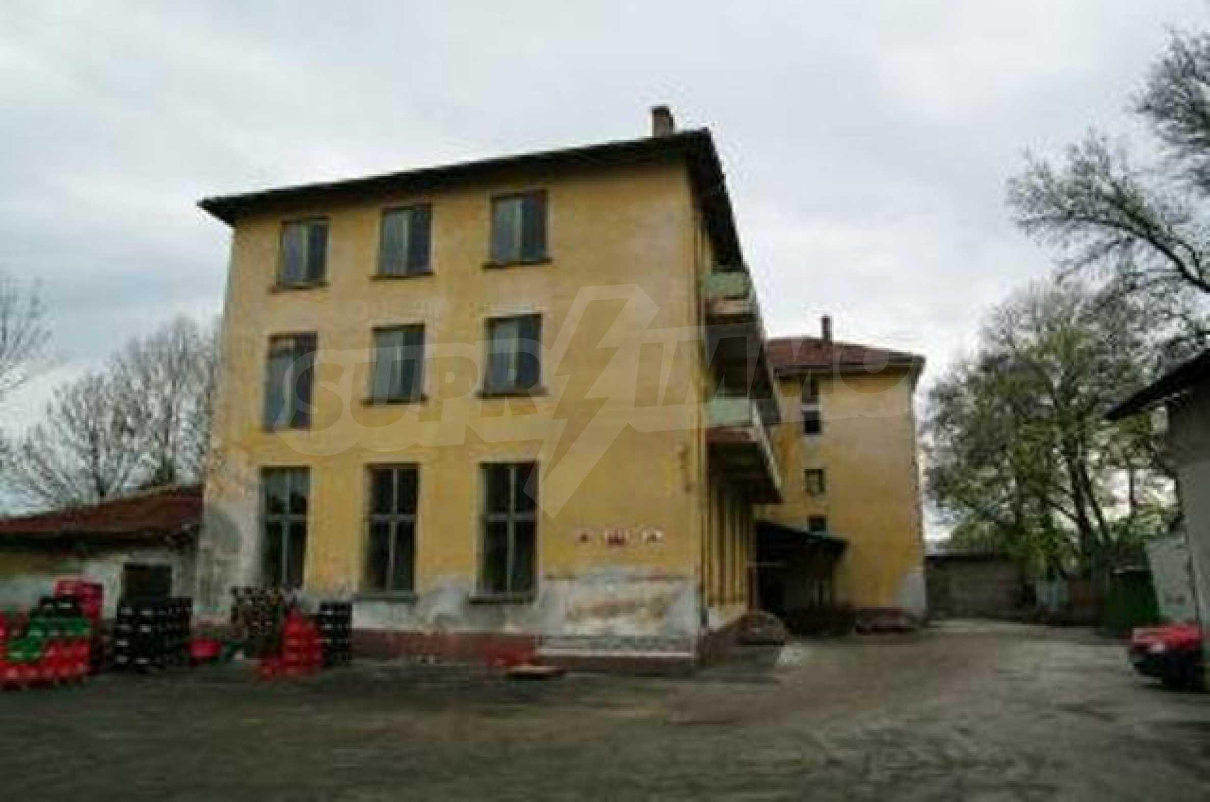 Massives dreistöckiges Lagerhaus in einer Stadt 40 km von Veliko Tarnovo entfernt 2