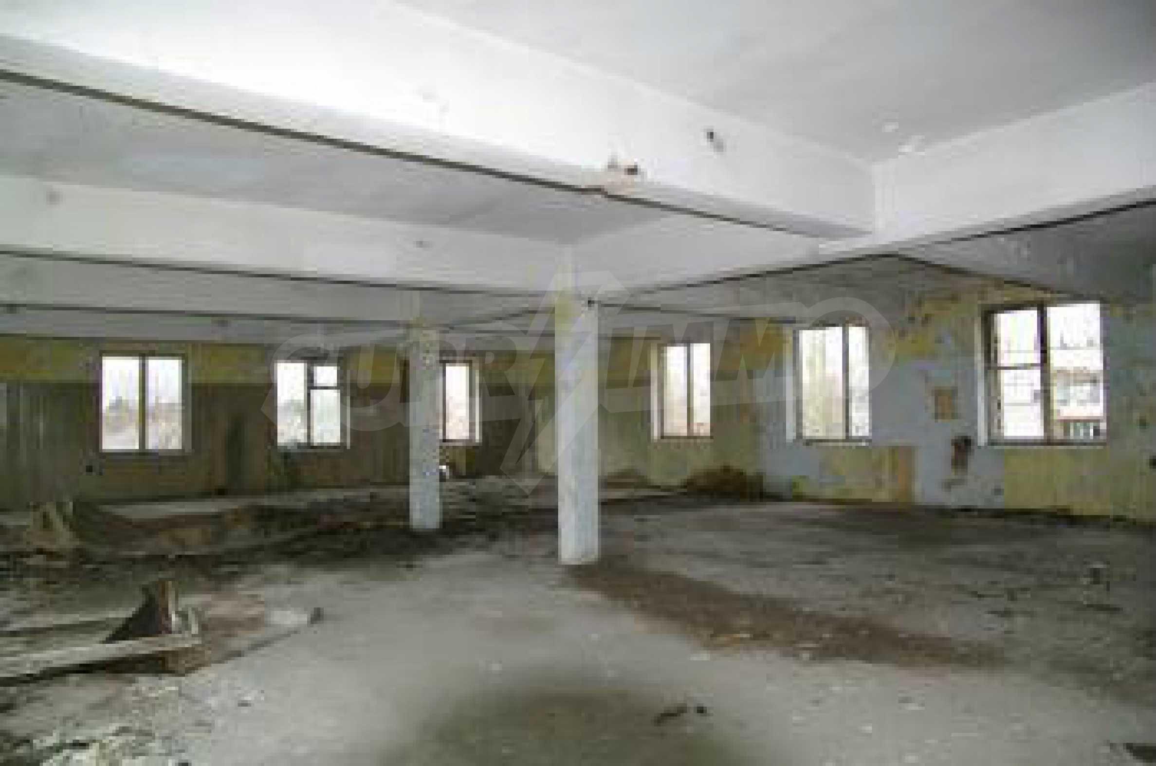 Massives dreistöckiges Lagerhaus in einer Stadt 40 km von Veliko Tarnovo entfernt 29