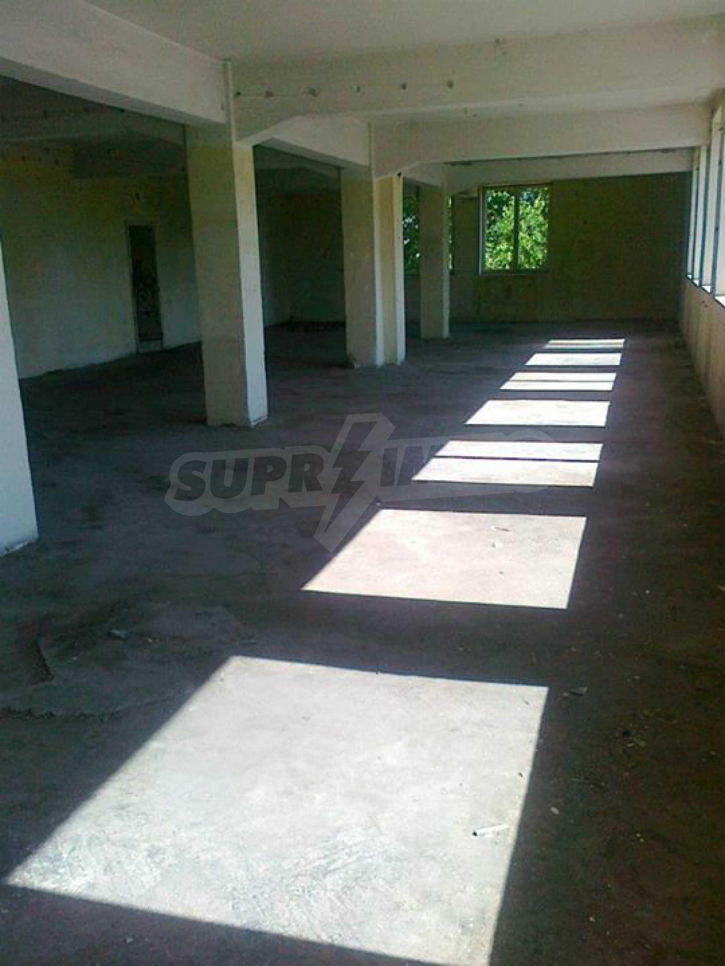 Massives dreistöckiges Lagerhaus in einer Stadt 40 km von Veliko Tarnovo entfernt 30