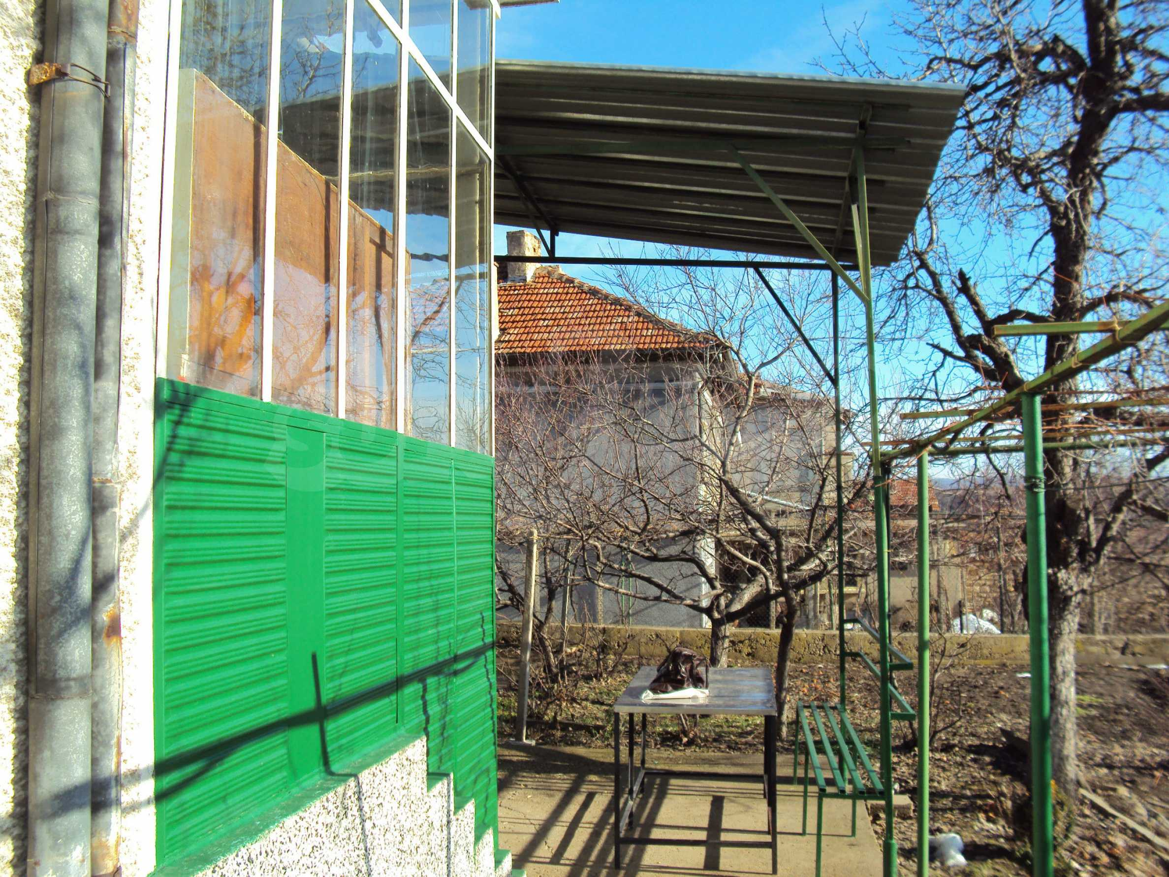 A house with a large garden not far from Polski Trambesh 9