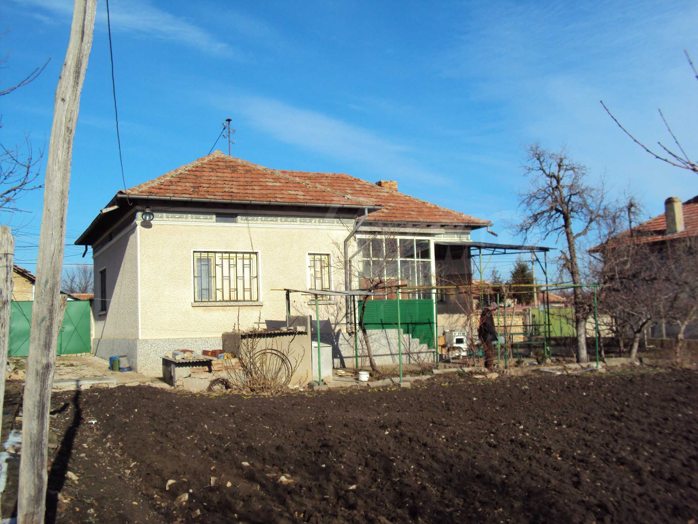 A house with a large garden not far from Polski Trambesh 2