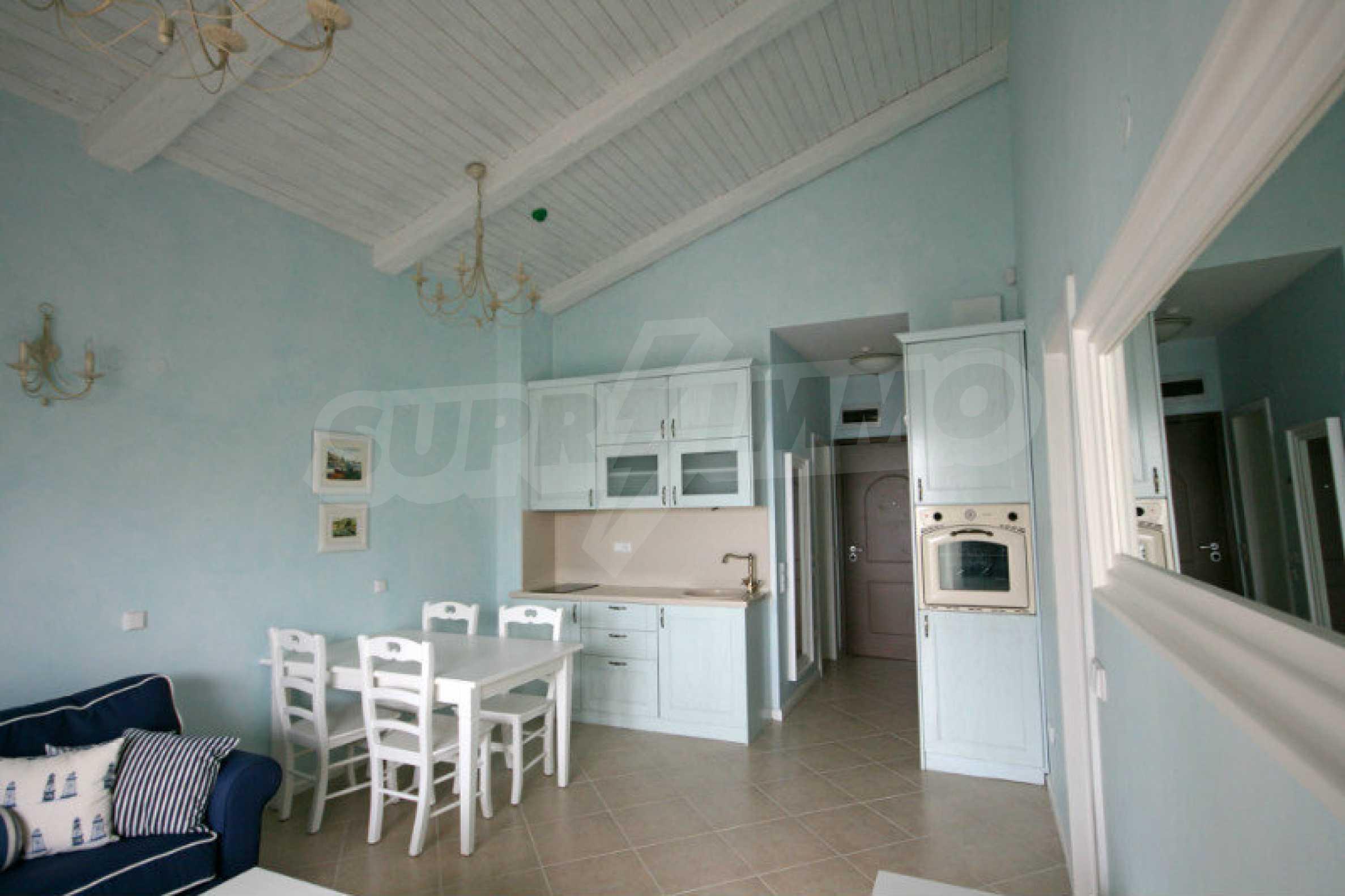 Apartment mit zwei Schlafzimmern und stilvollen Möbeln in einem Komplex in erster Linie 1