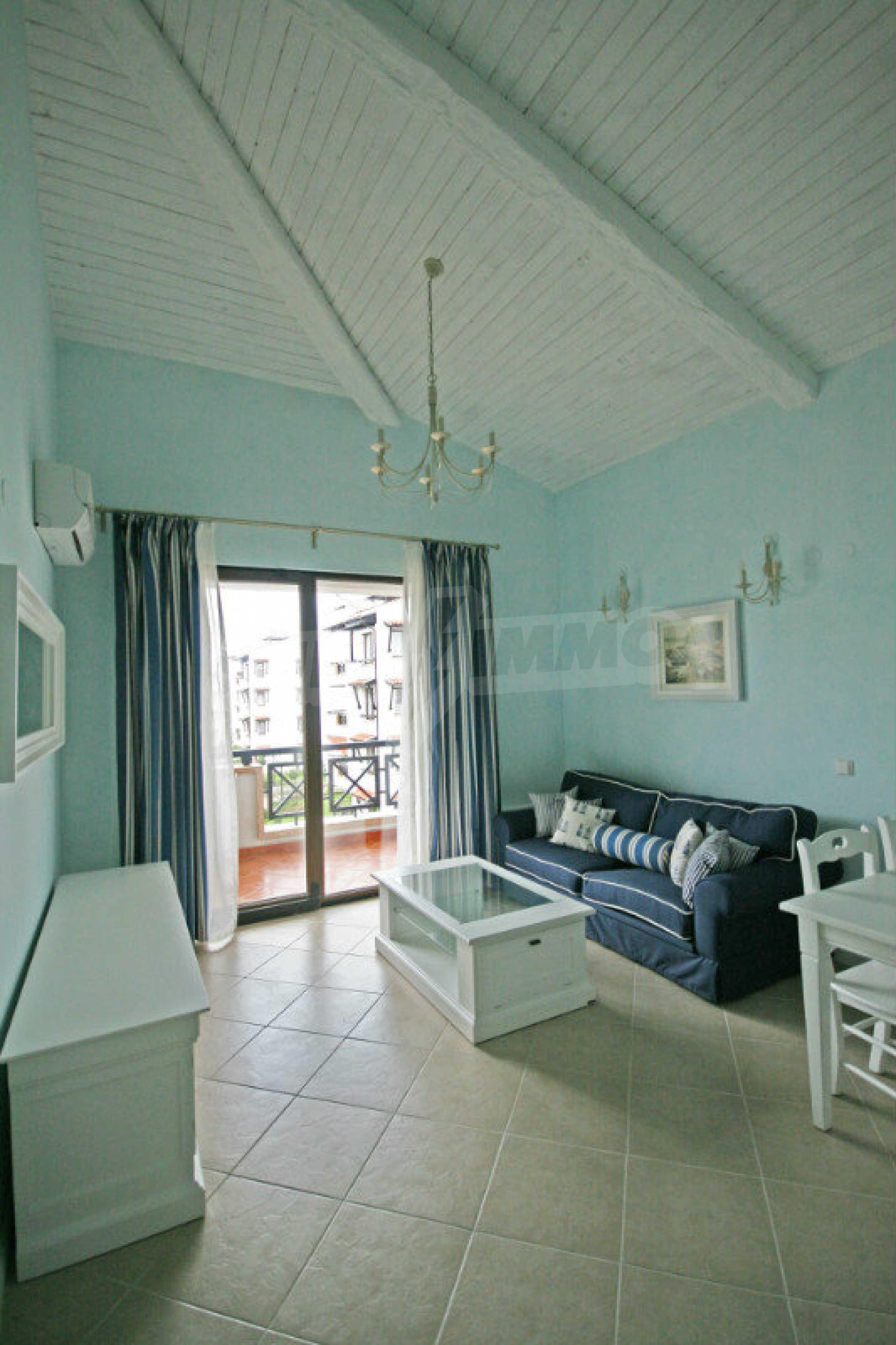 Apartment mit zwei Schlafzimmern und stilvollen Möbeln in einem Komplex in erster Linie