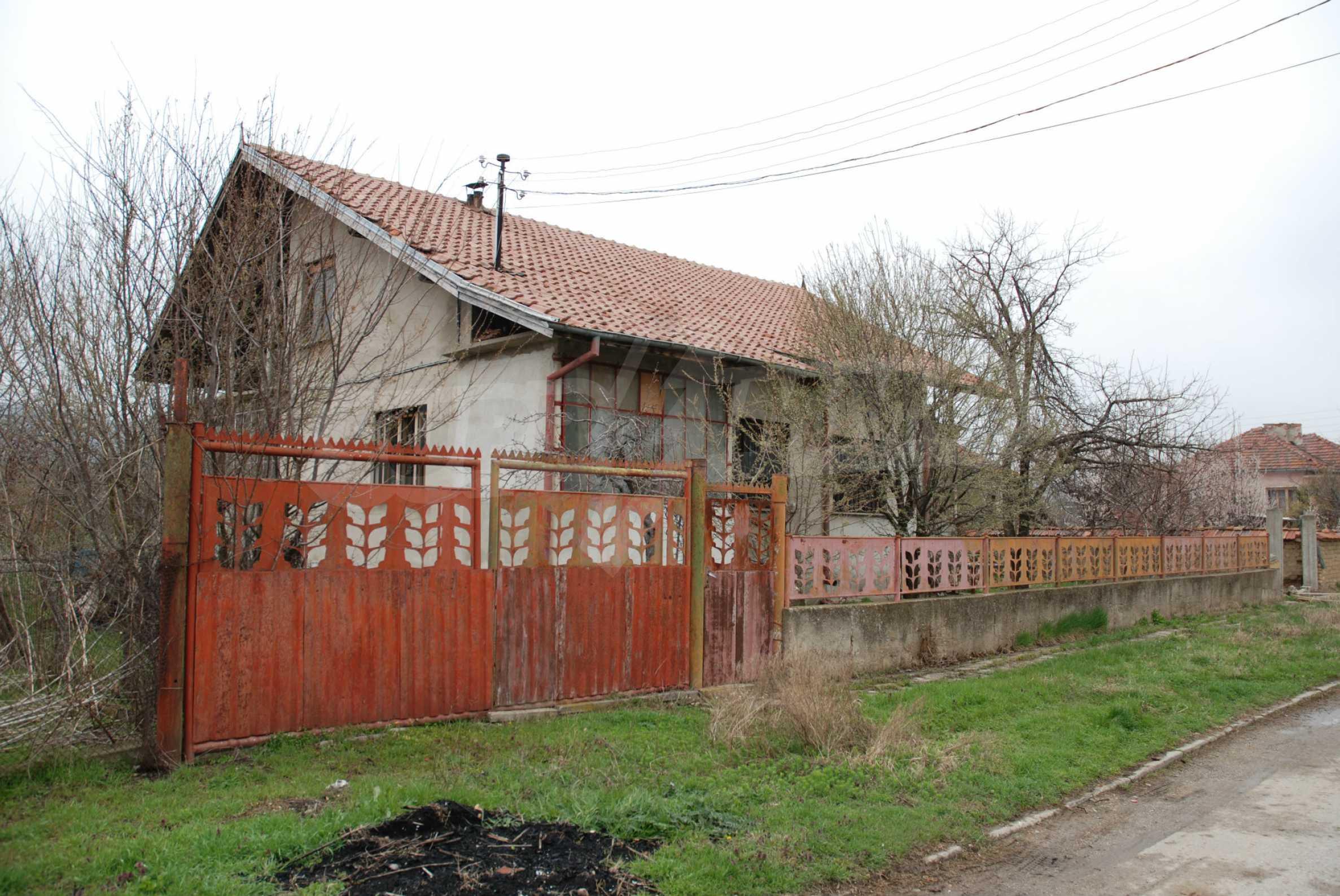 Ein solides, großes Haus in einem Dorf am Fluss