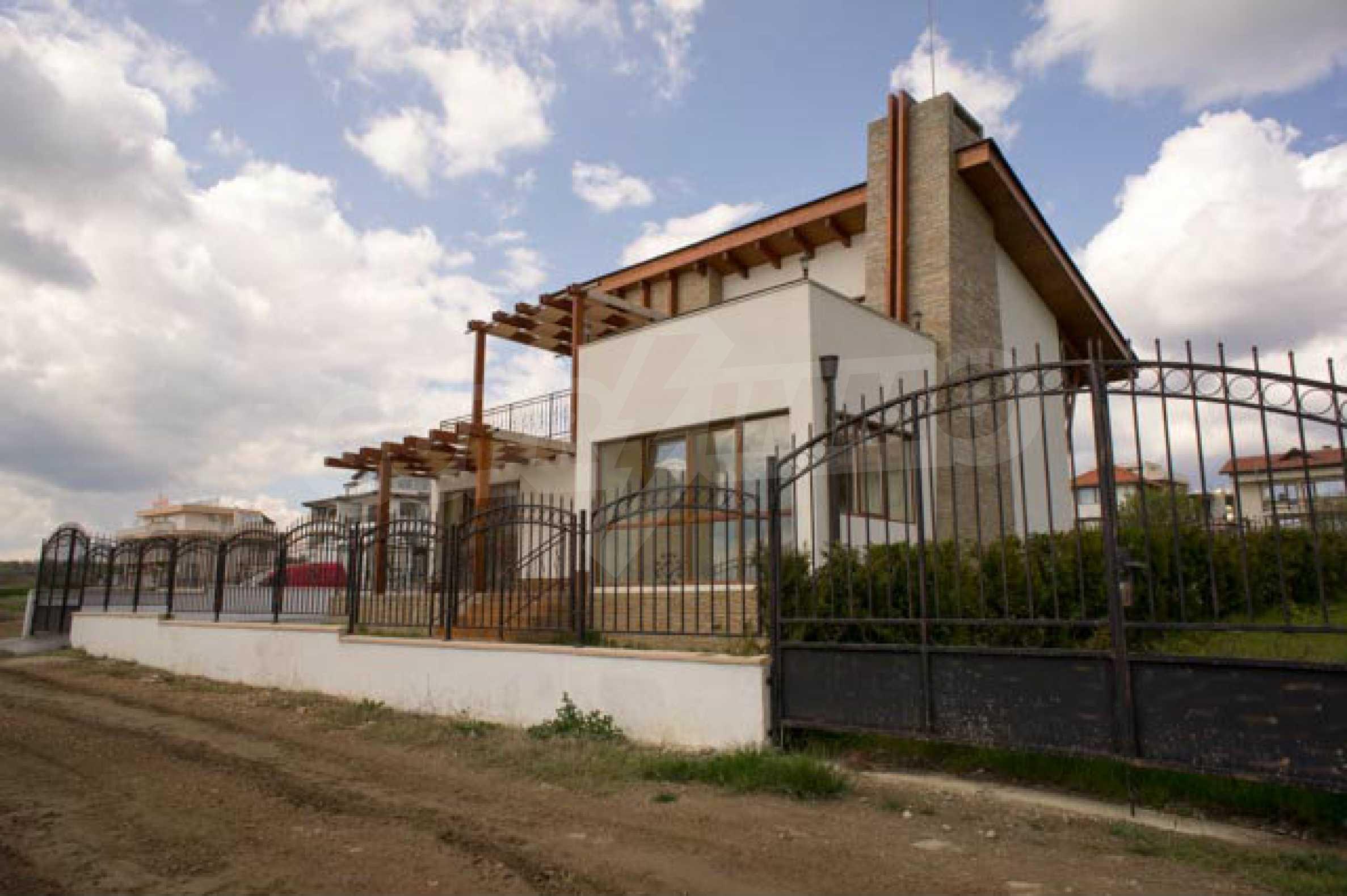 Complex of 3 houses in Intsaraki area of Saint Vlas 5
