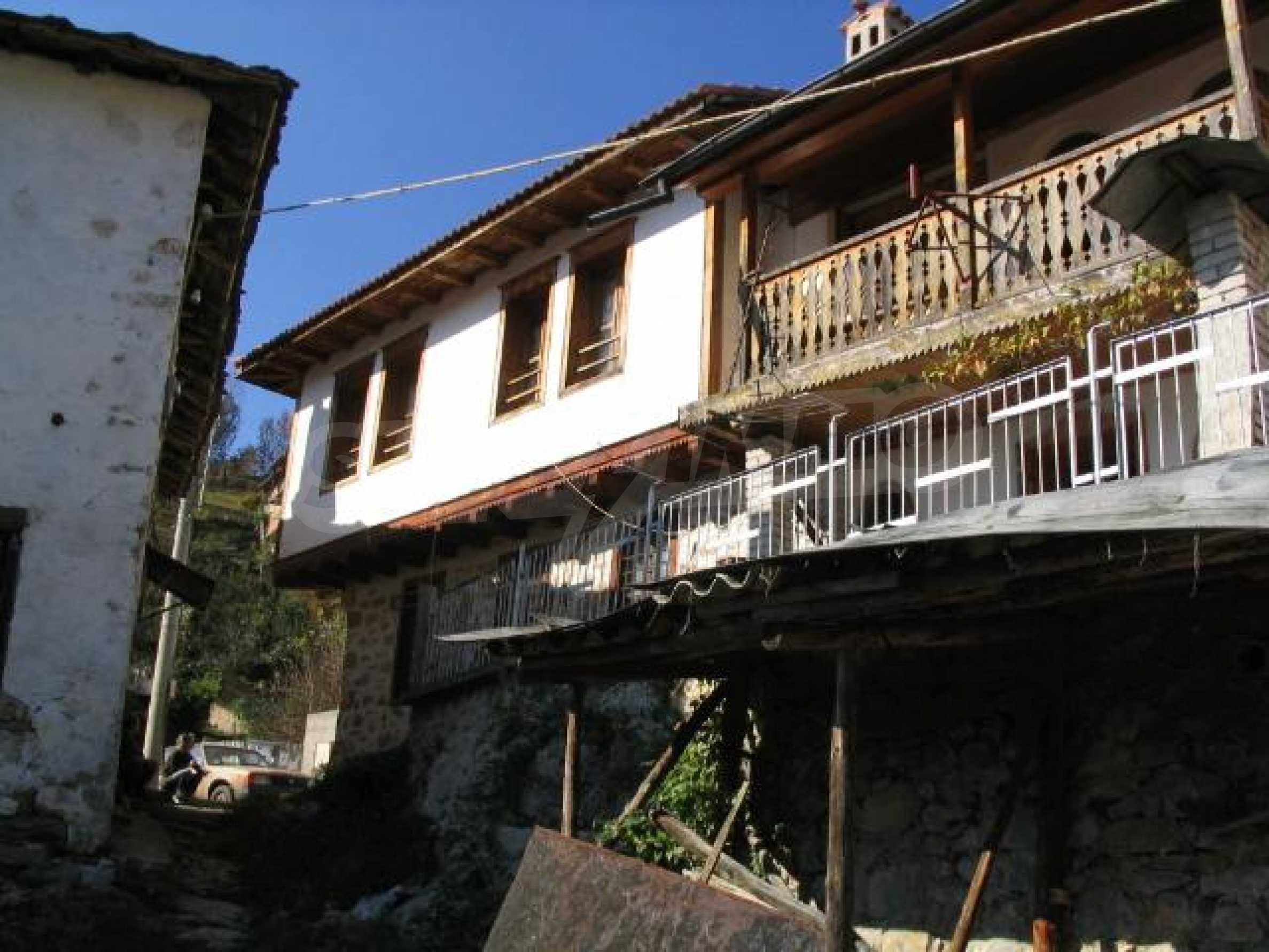 Traditionelles Haus im alten bulgarischen Stil nahe Pamporovo 2