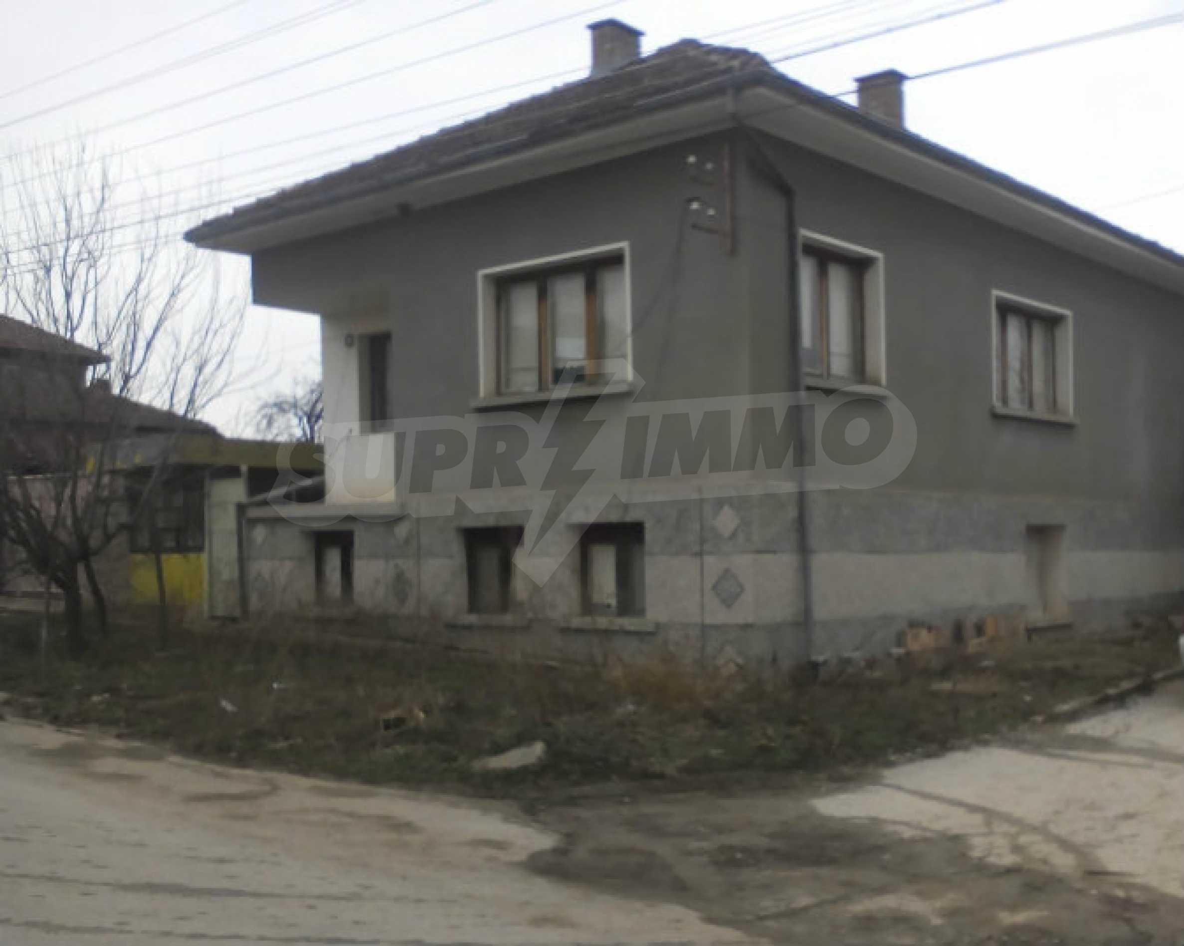 Двуетажна масивна къща в село на 25 км от Велико Търново
