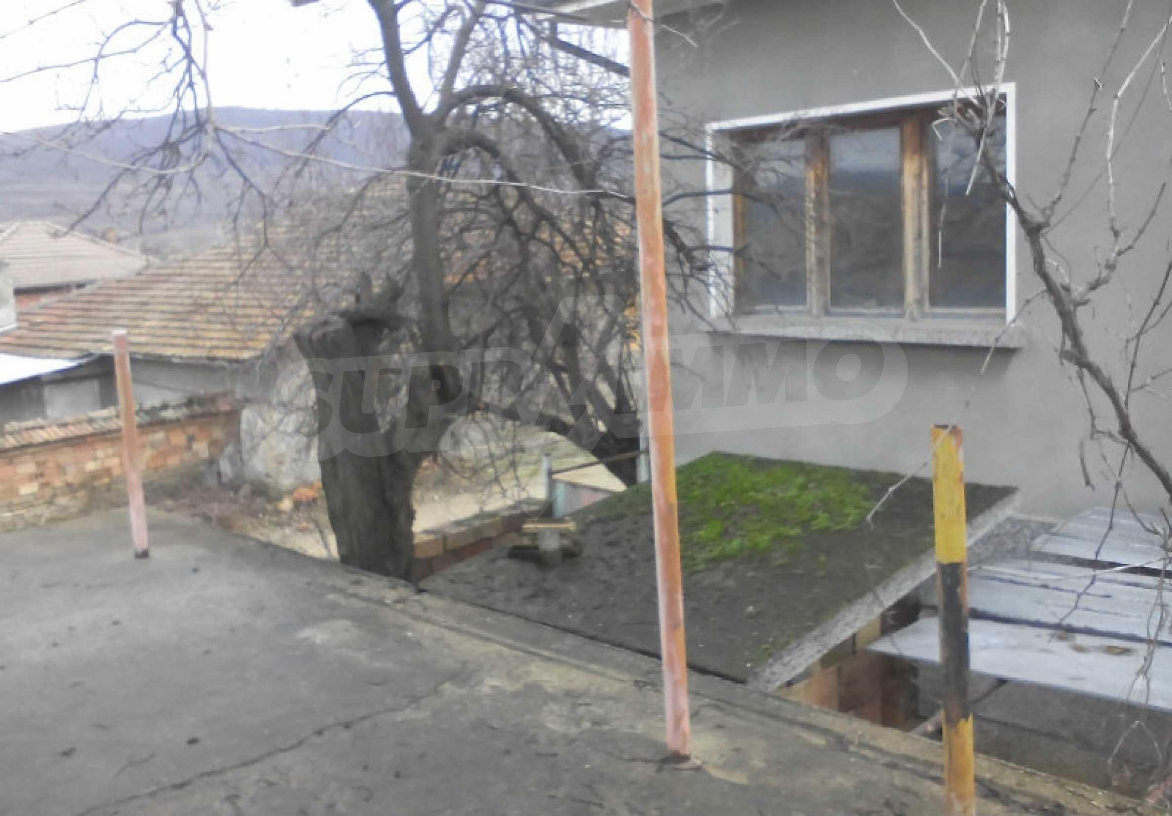 Двуетажна масивна къща в село на 25 км от Велико Търново 3
