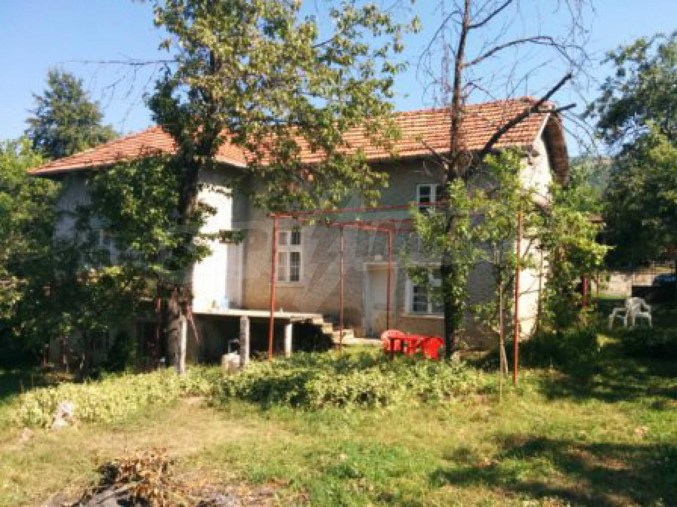 Двуетажна къща с гараж само на 90 км от град София