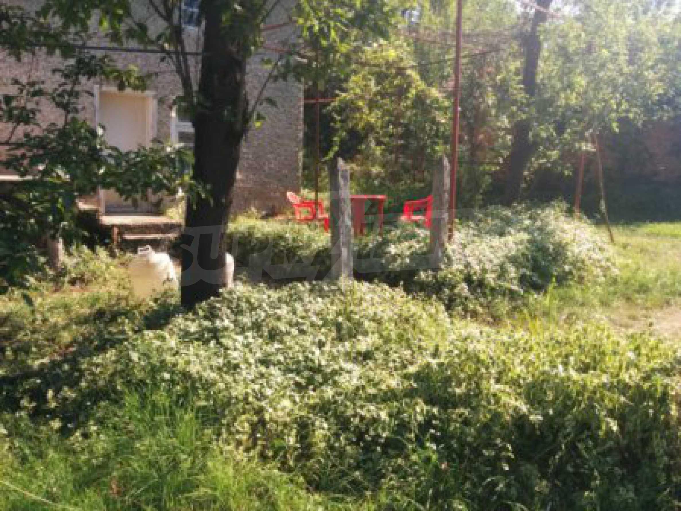 Двуетажна къща с гараж само на 90 км от град София  9
