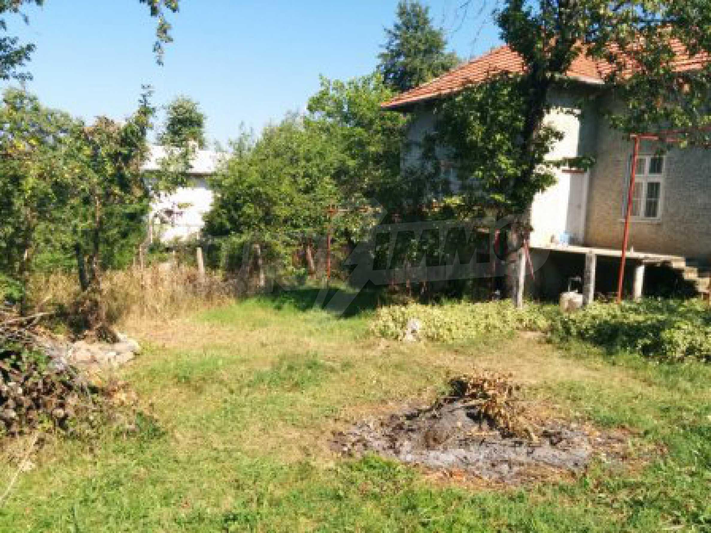 Двуетажна къща с гараж само на 90 км от град София  1