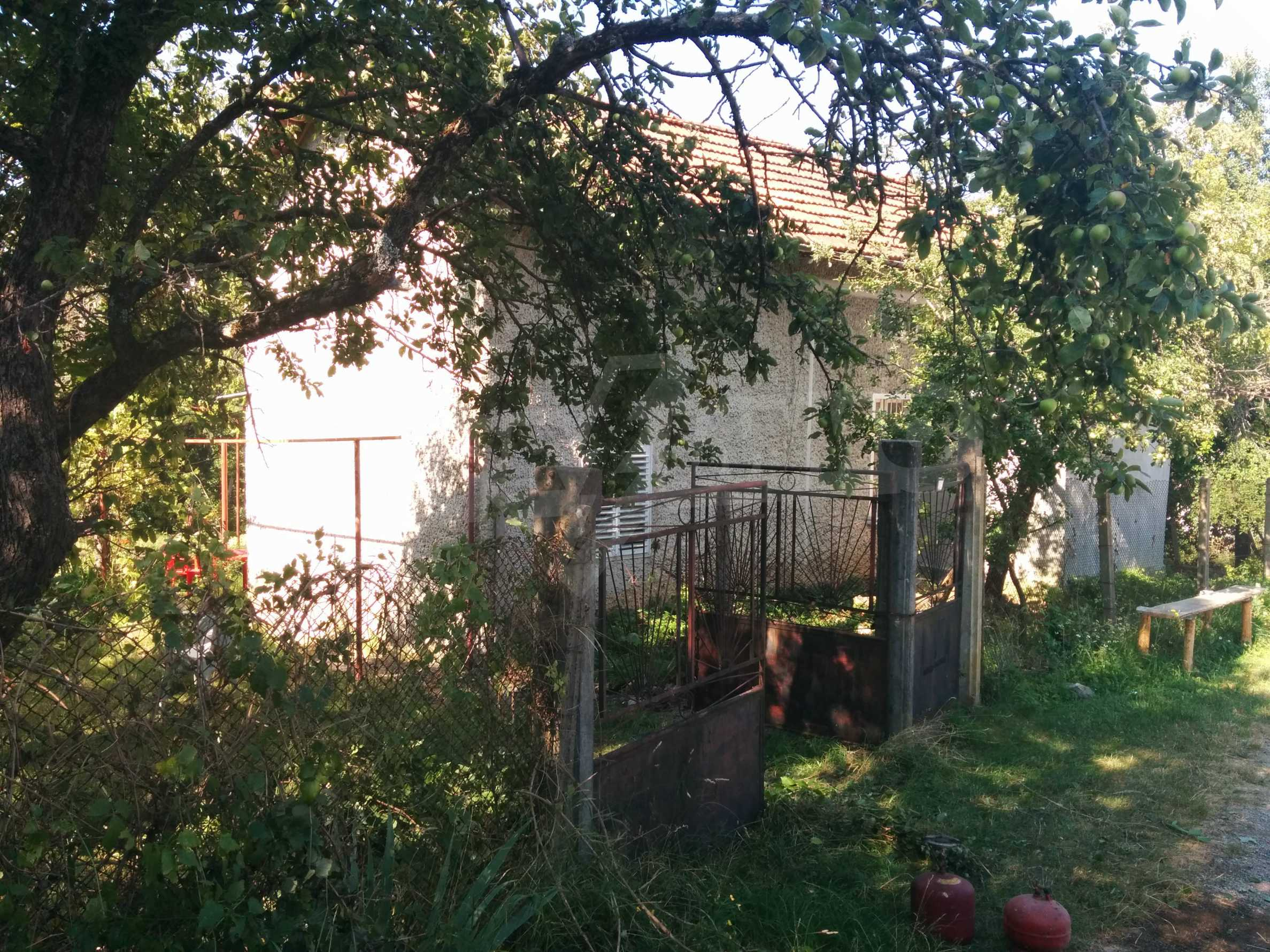 Двуетажна къща с гараж само на 90 км от град София  2