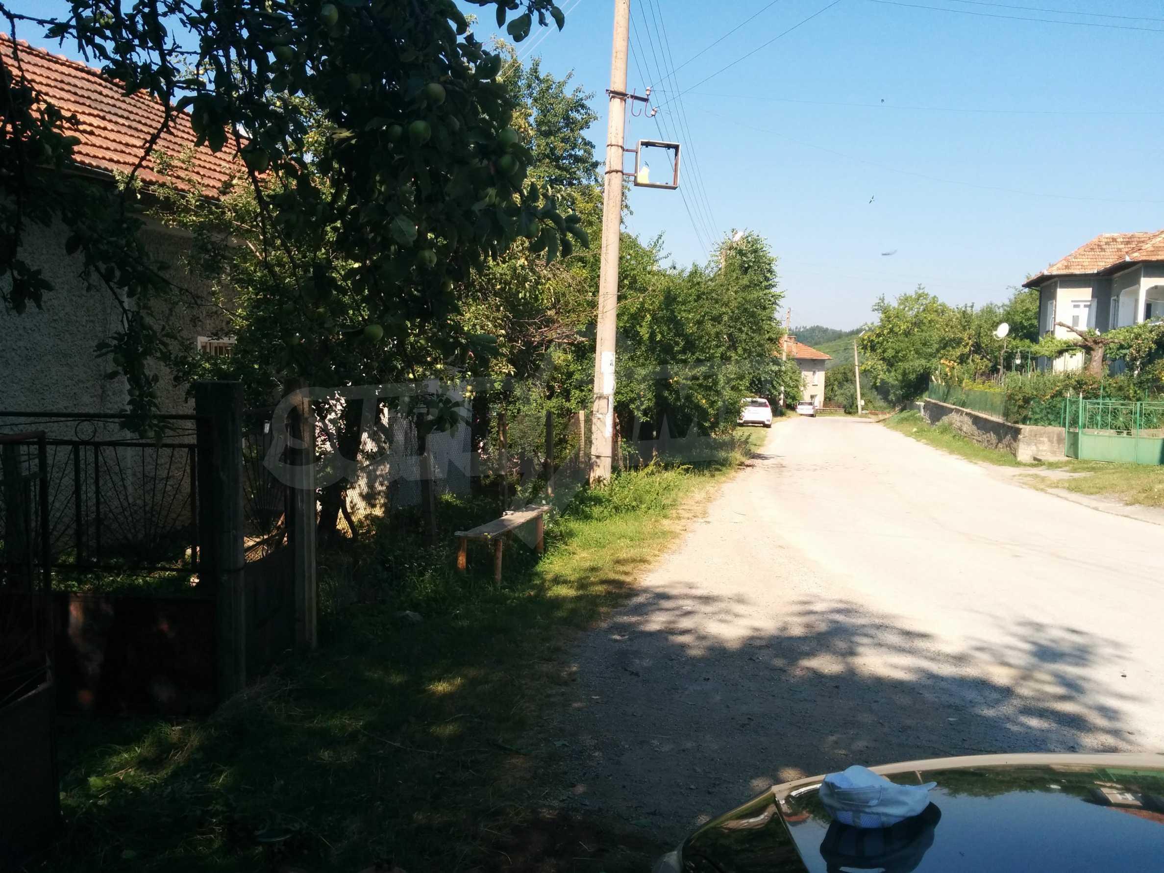 Двуетажна къща с гараж само на 90 км от град София  3