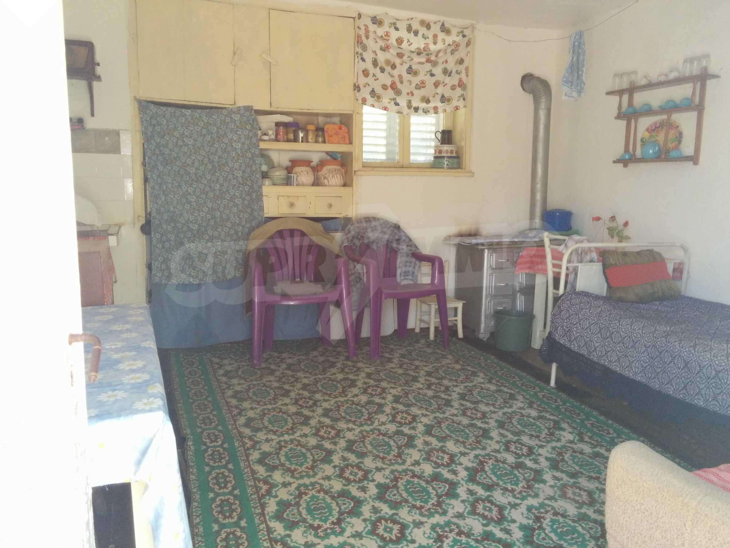 Двуетажна къща с гараж само на 90 км от град София  4