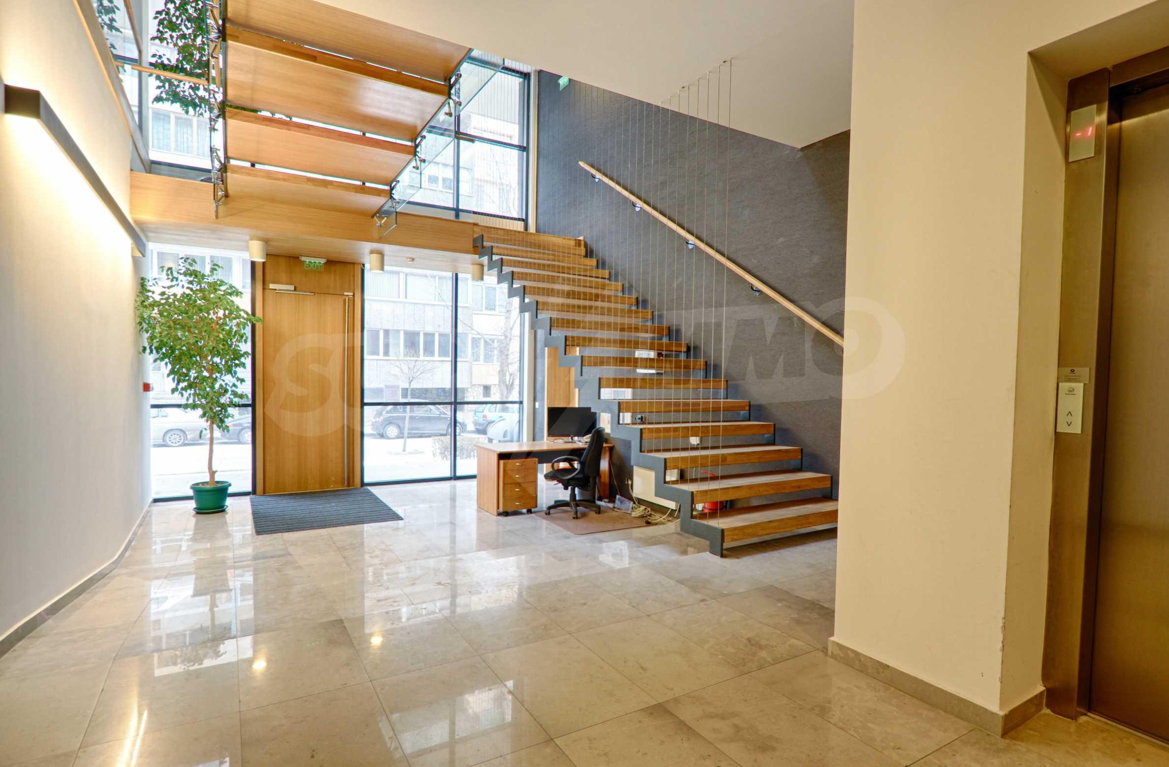 Впечатляващ офис до хотел Плиска