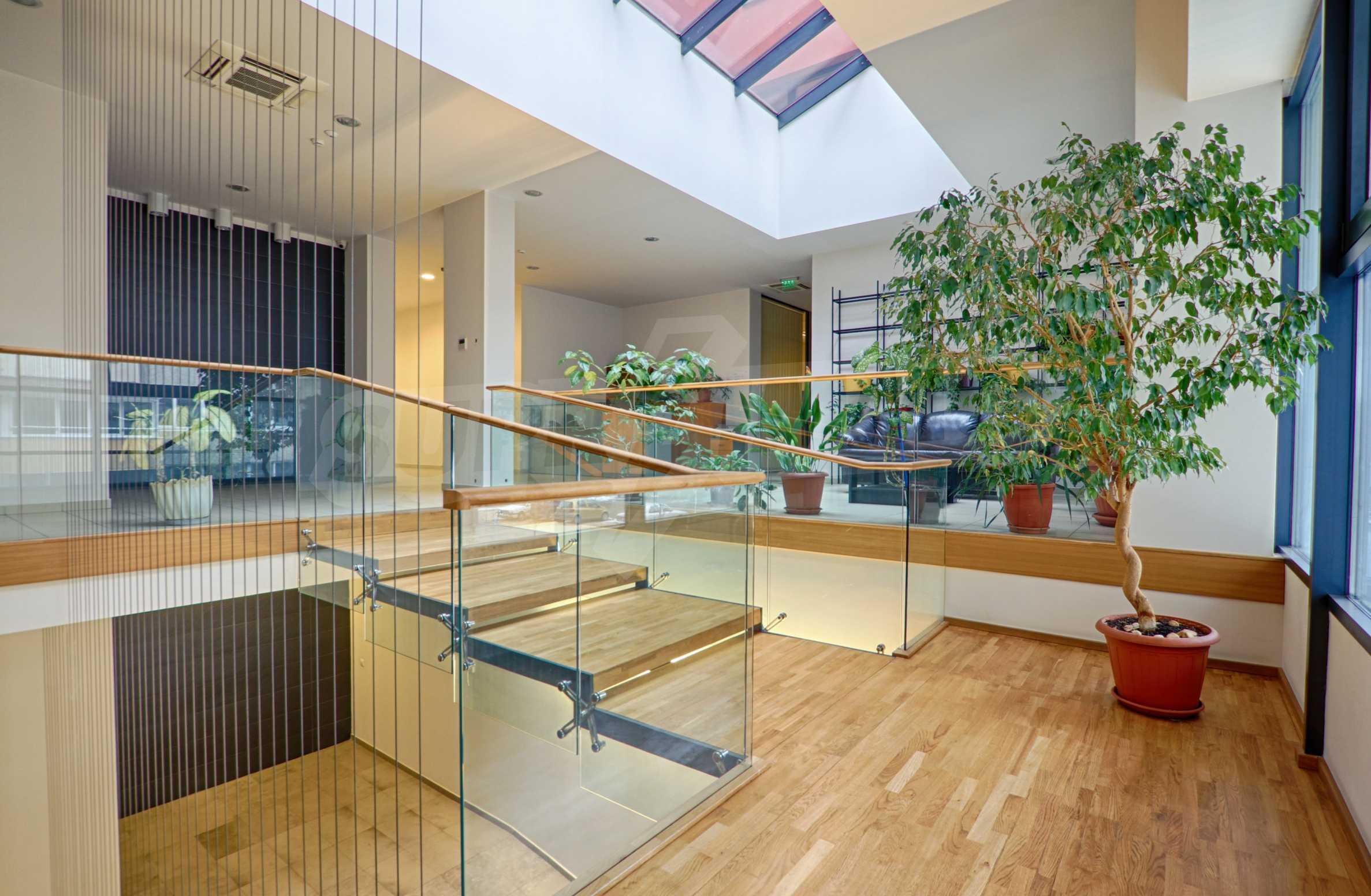Впечатляващ офис до хотел Плиска 4