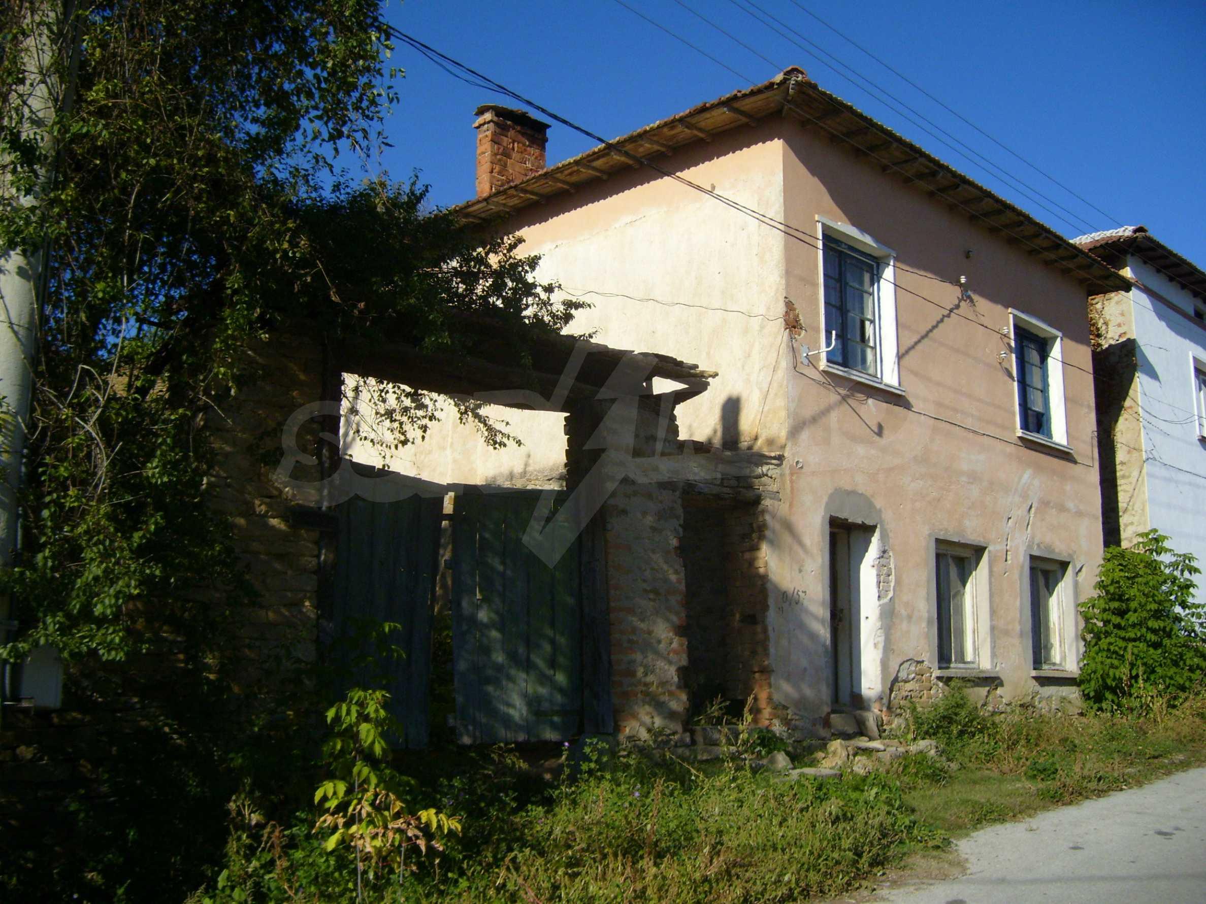 Двуетажна къща с двор в село на 35 км от Велико Търново