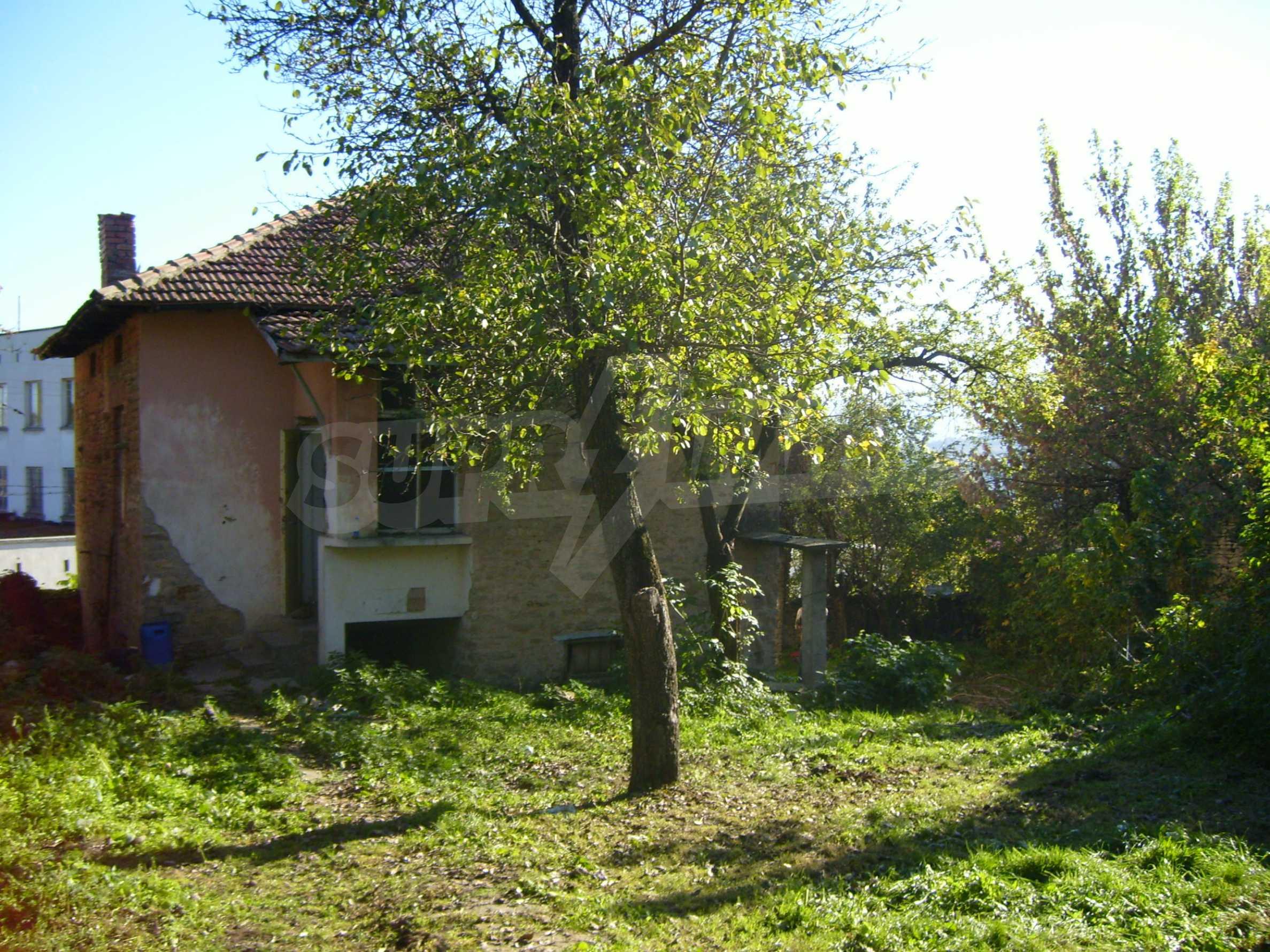 Двуетажна къща с двор в село на 35 км от Велико Търново  12