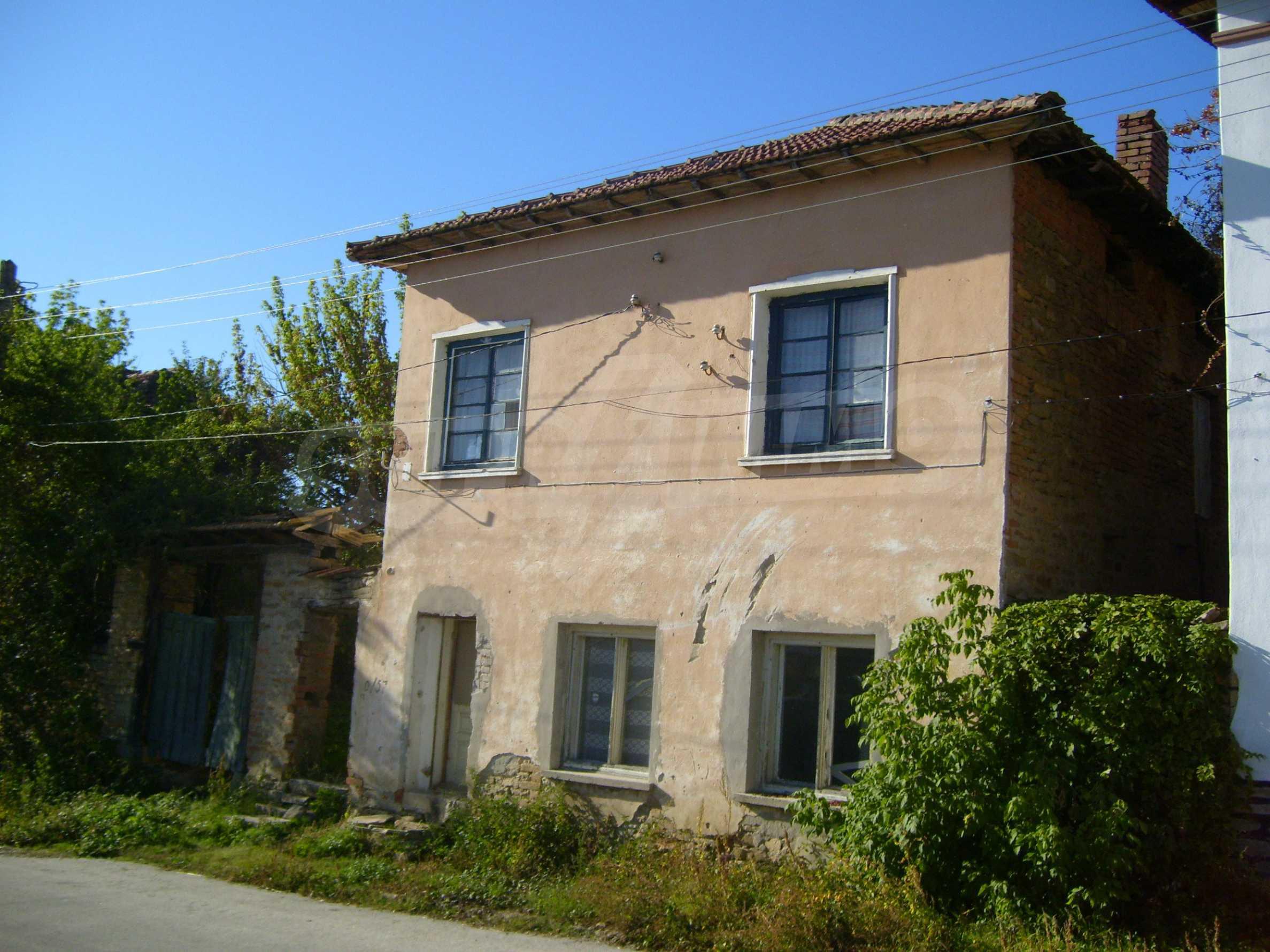 Двуетажна къща с двор в село на 35 км от Велико Търново  14