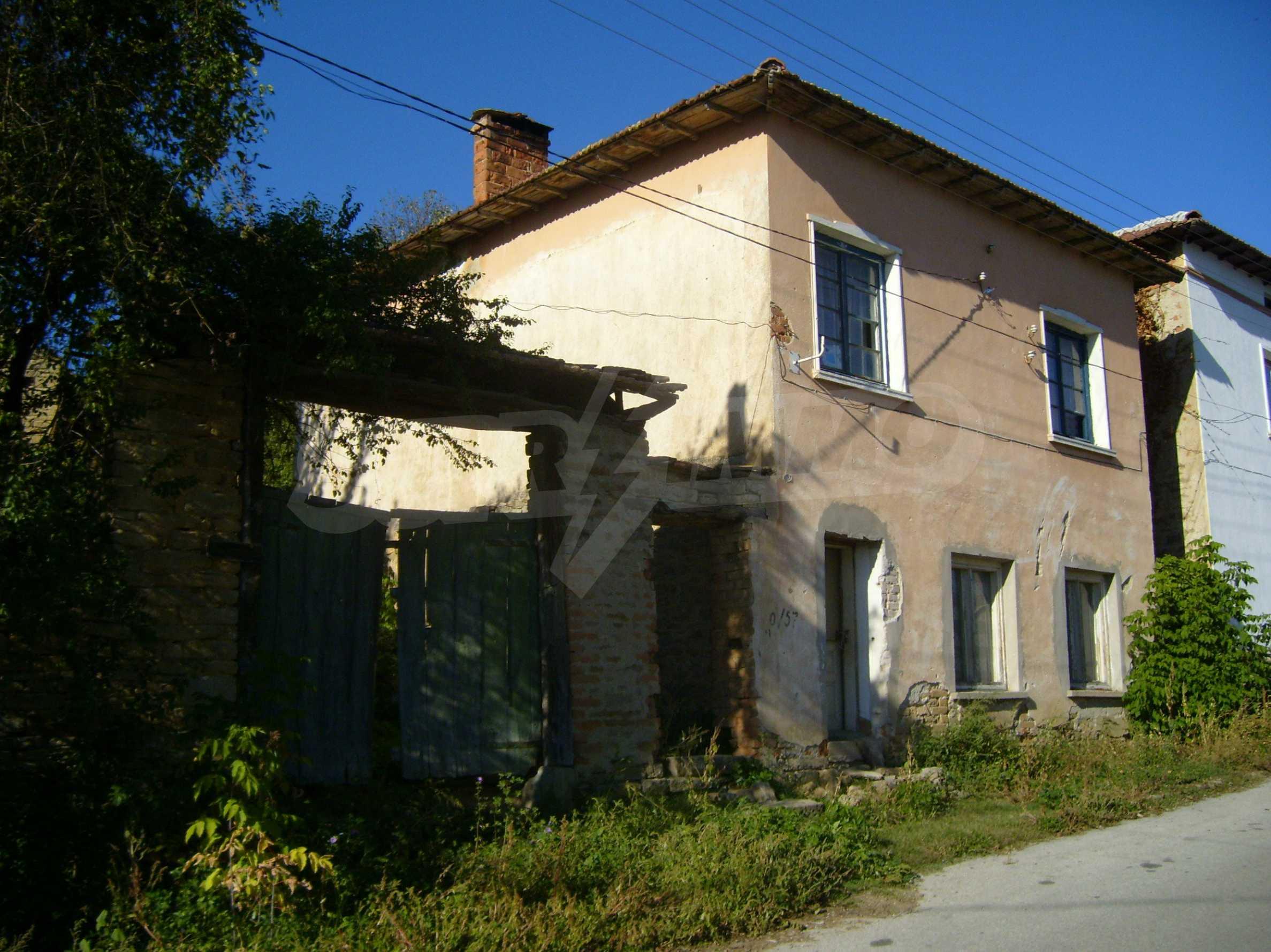 Двуетажна къща с двор в село на 35 км от Велико Търново  15