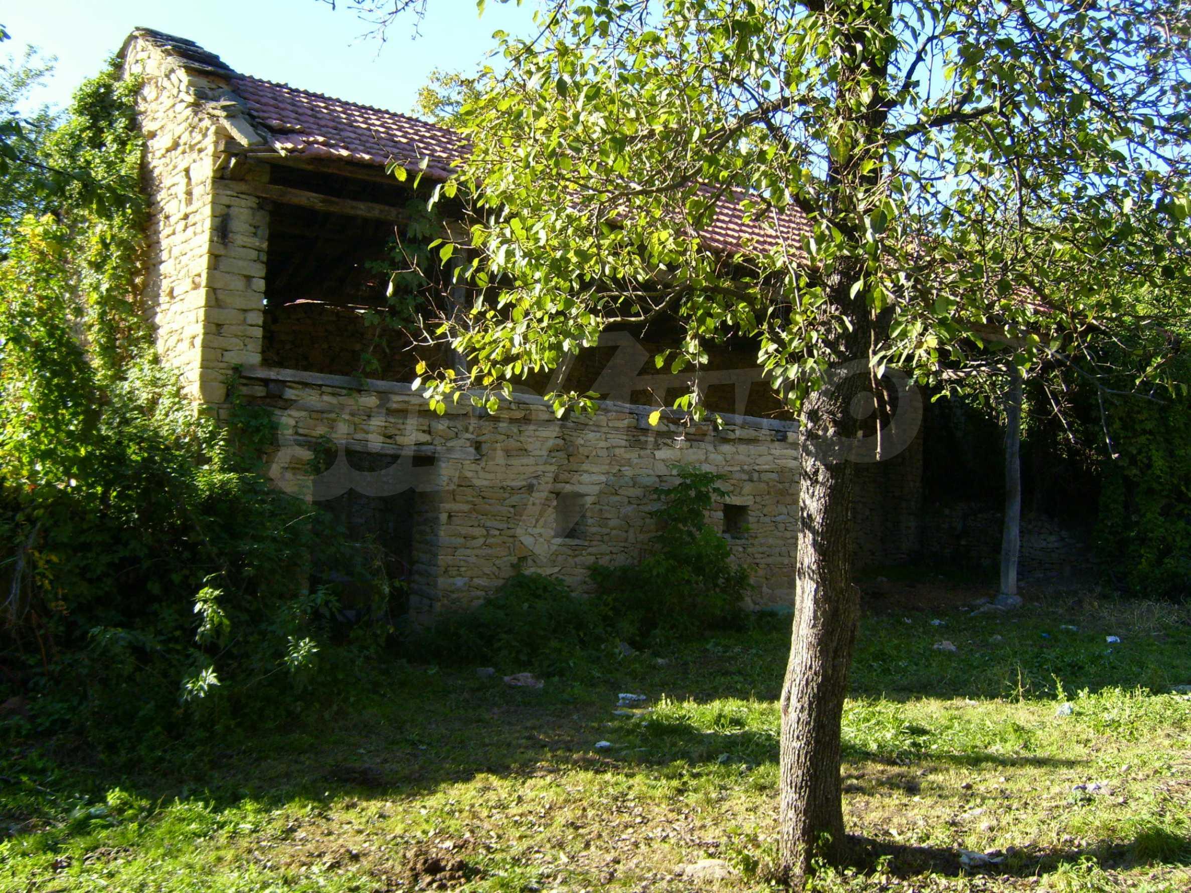 Двуетажна къща с двор в село на 35 км от Велико Търново  6