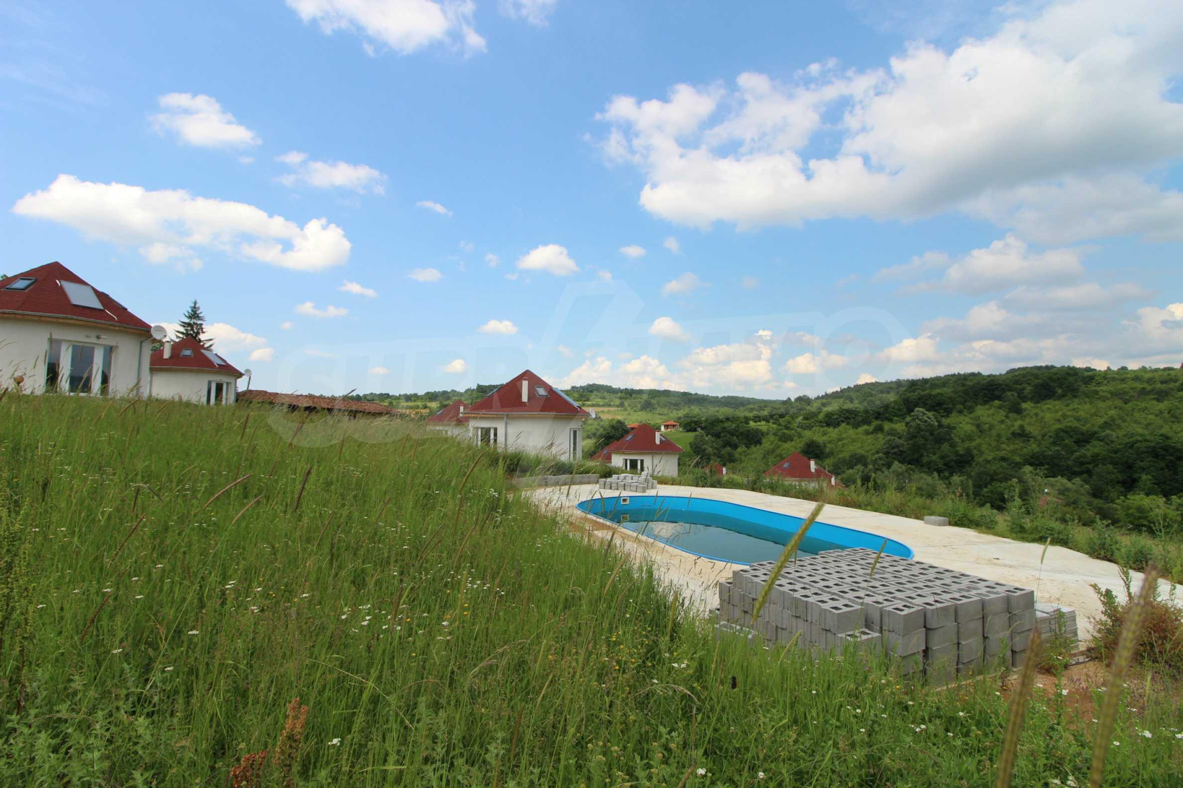 Уникално вилно селище с кръгли къщи на 50 км от Велико Търново  2