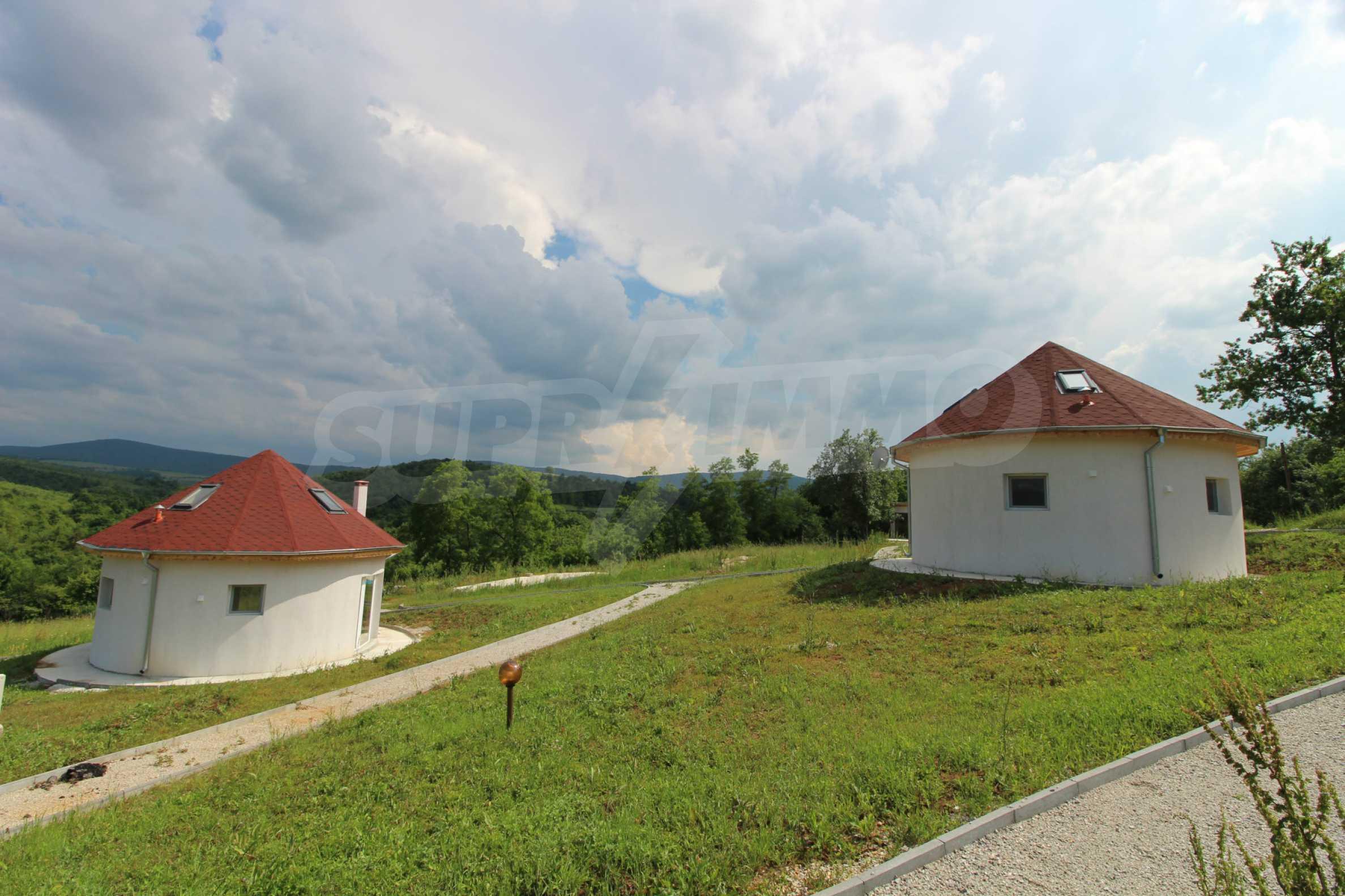 Уникално вилно селище с кръгли къщи на 50 км от Велико Търново  68