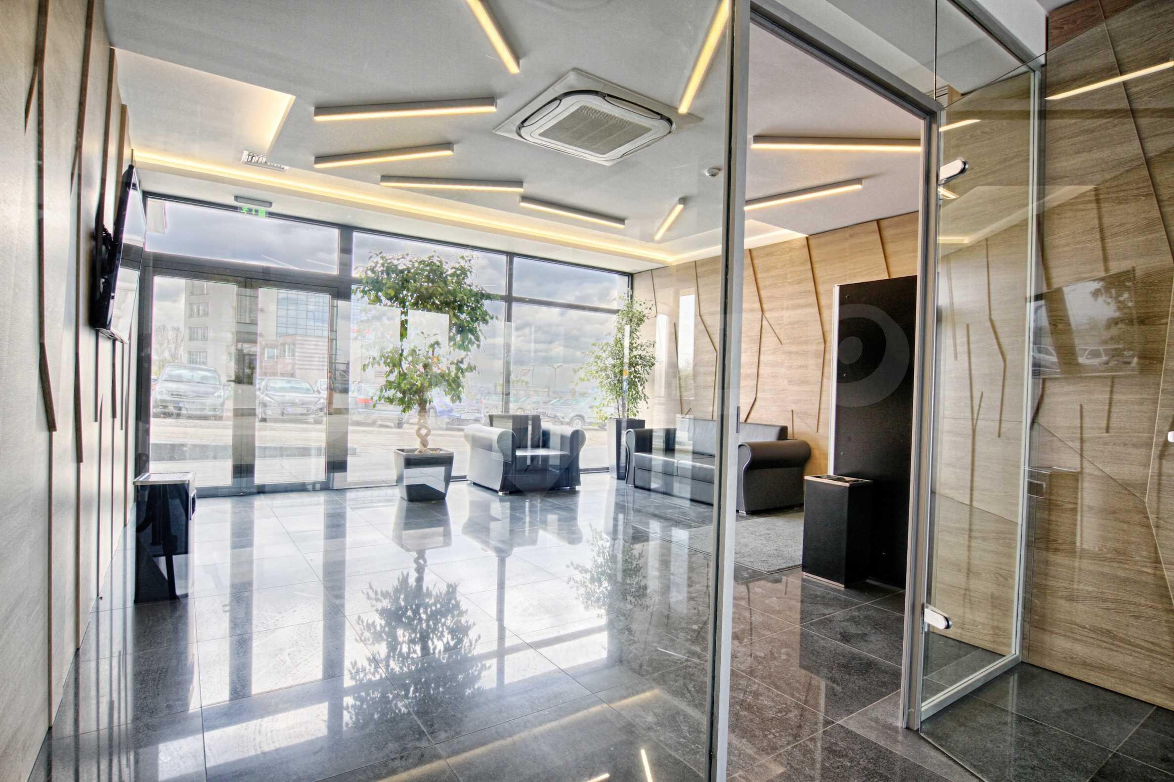 Просторен офис в представителна сграда на Околовръстен път 24