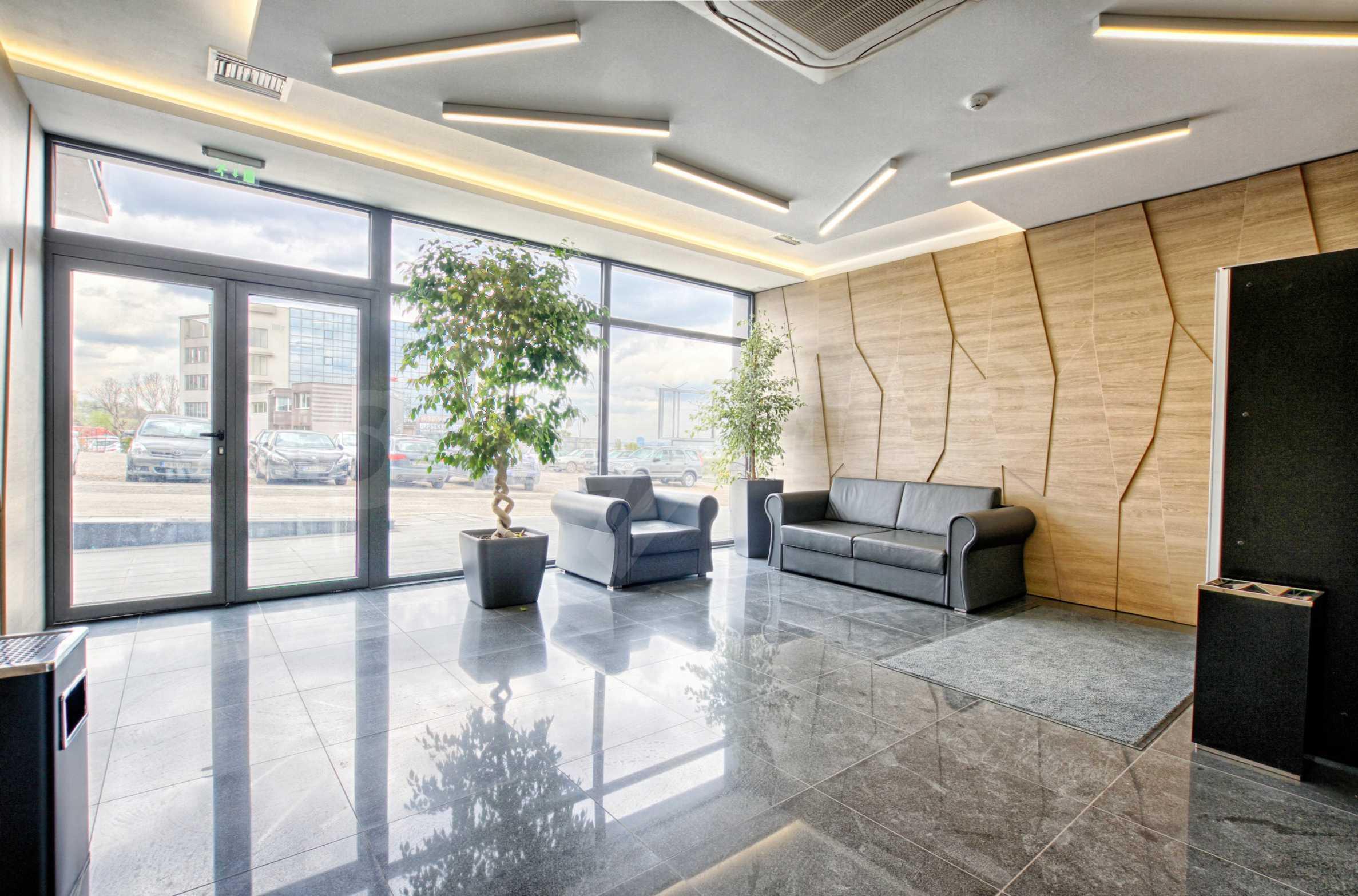 Просторен офис в представителна сграда на Околовръстен път 25
