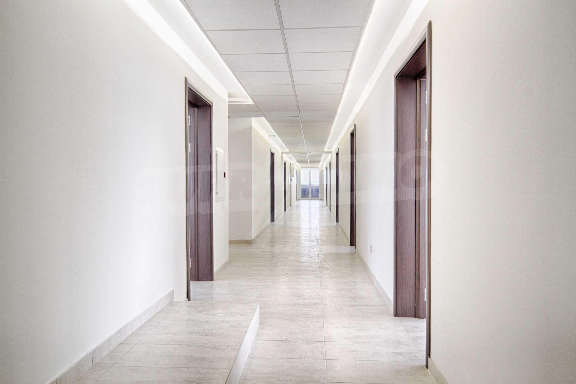 Просторен офис в представителна сграда на Околовръстен път 3