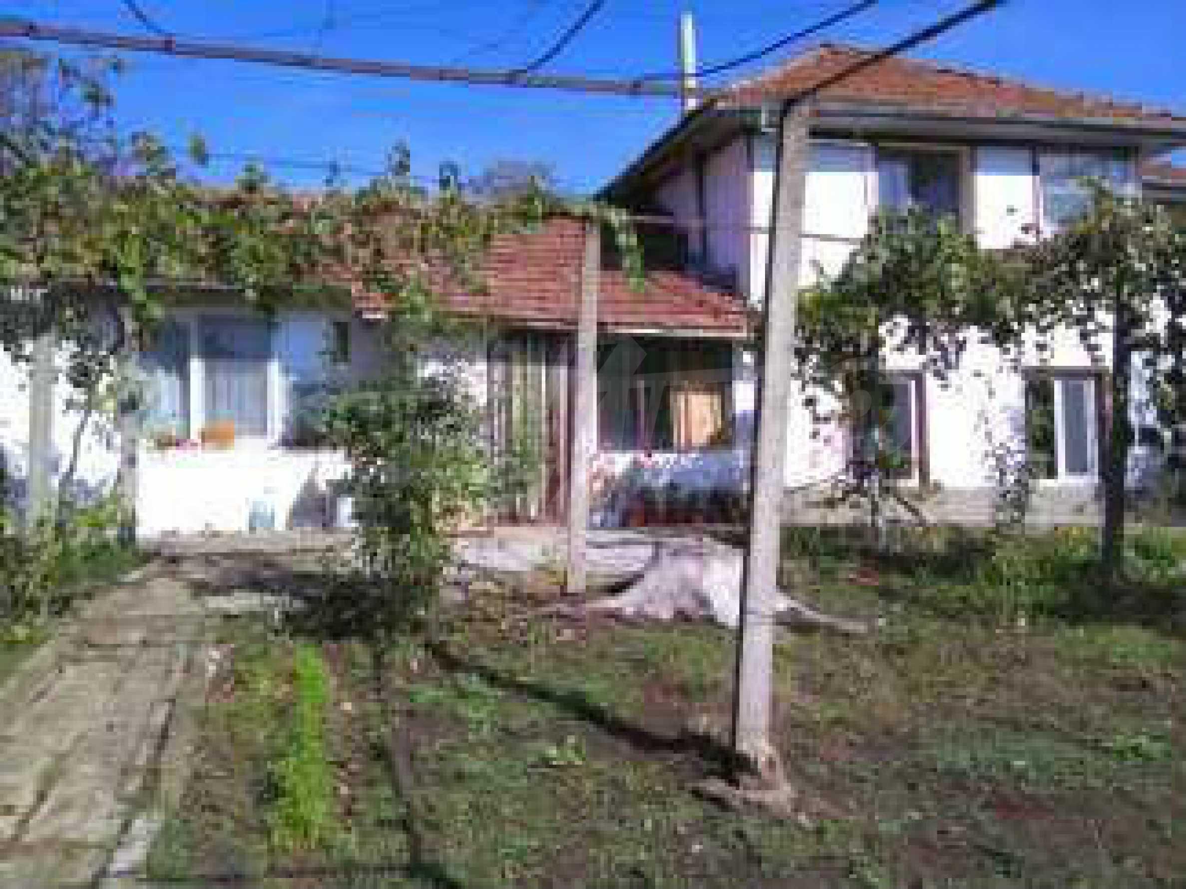 Двуетажна къща с двор в село на 3 км от град Велико Търново