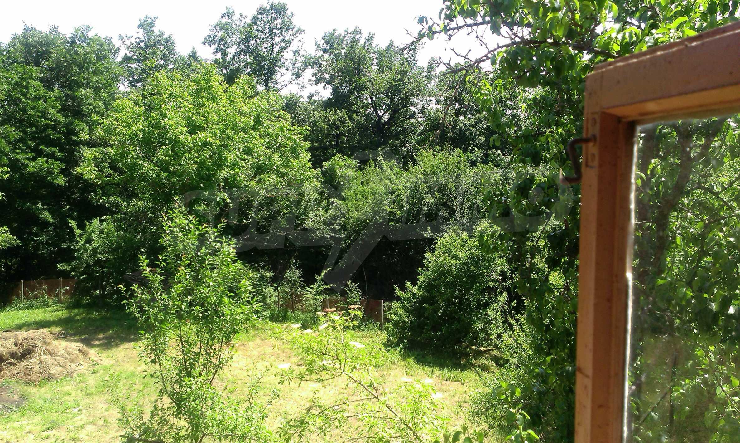 Двуетажна тухлена къща на 40 км от Велико Търново